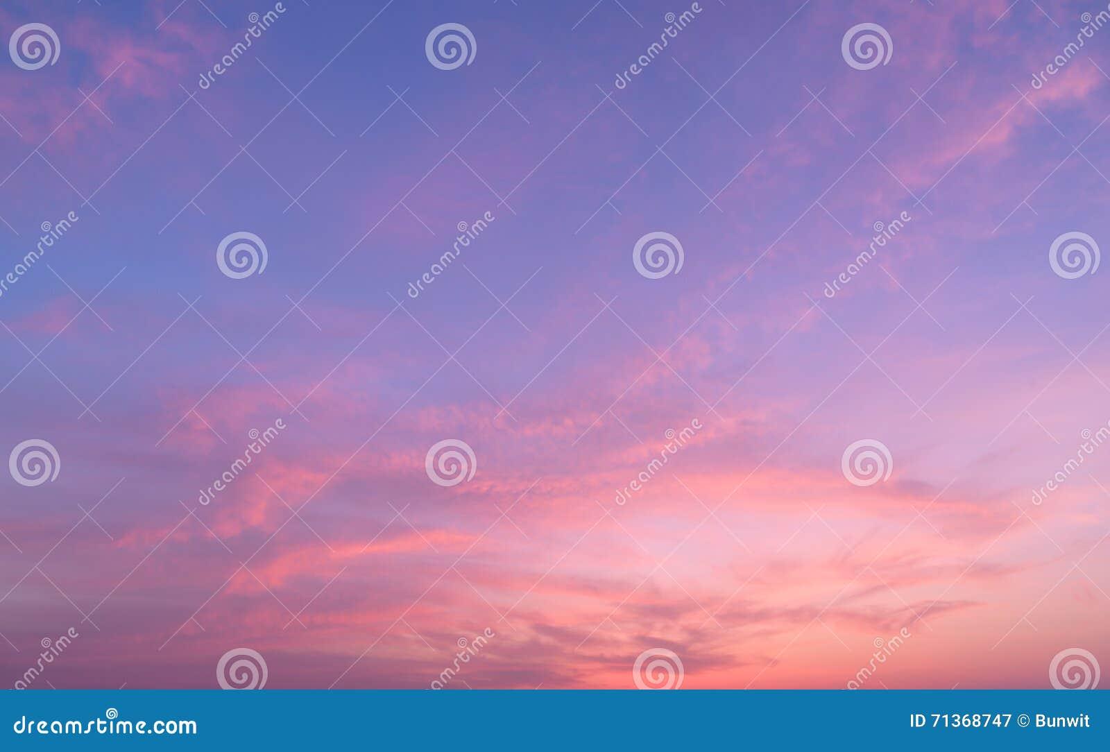 Fond abstrait de nature Ciel réglé déprimé du soleil rose et pourpre de nuages