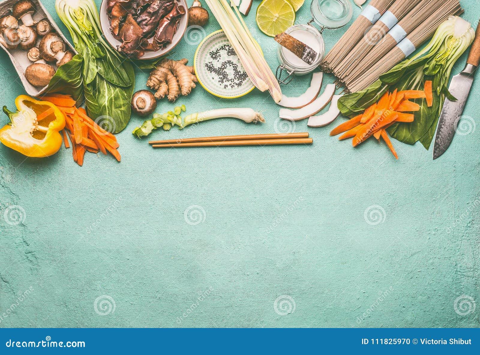 Fond asiatique de nourriture avec les ingrédients savoureux : La MU errent des champignons, divers légumes, pok choi, lait de noi