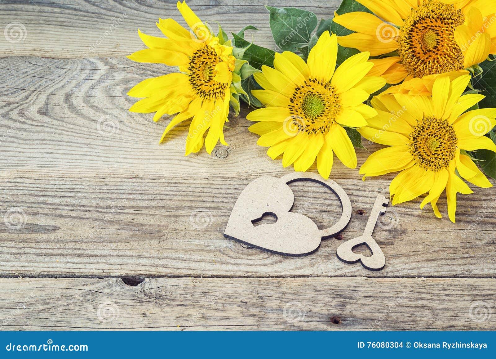 Fond avec le bouquet des tournesols, du serrure-coeur et de la clé jaunes