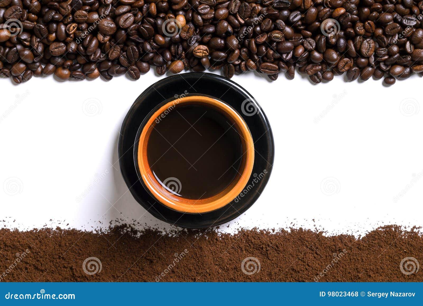 Fond blanc avec la tasse de cafè de café, de grain de café et moulu dessus ci-dessous et en haut