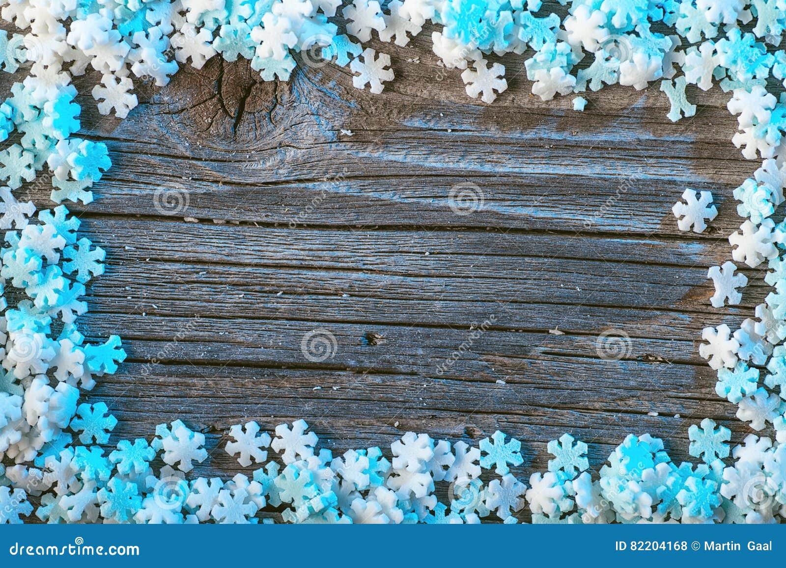 fond blanc et bleu d 39 hiver avec des flocons de neige sur le fond en bois papier peint de no l. Black Bedroom Furniture Sets. Home Design Ideas
