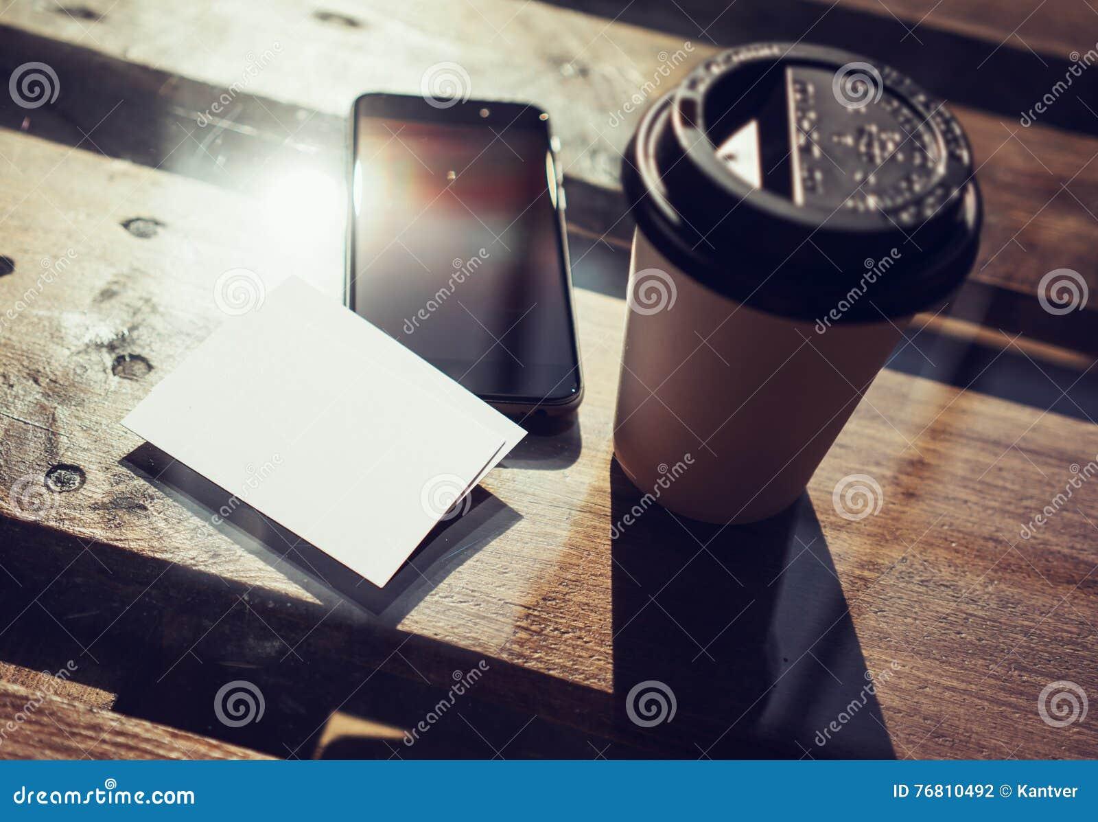 Fond Blanc Vide De Maquette Carte Visite Professionnelle Plan Rapproche Le Haut Tableau En Bois Texturise Smartphone Emportent Cafe