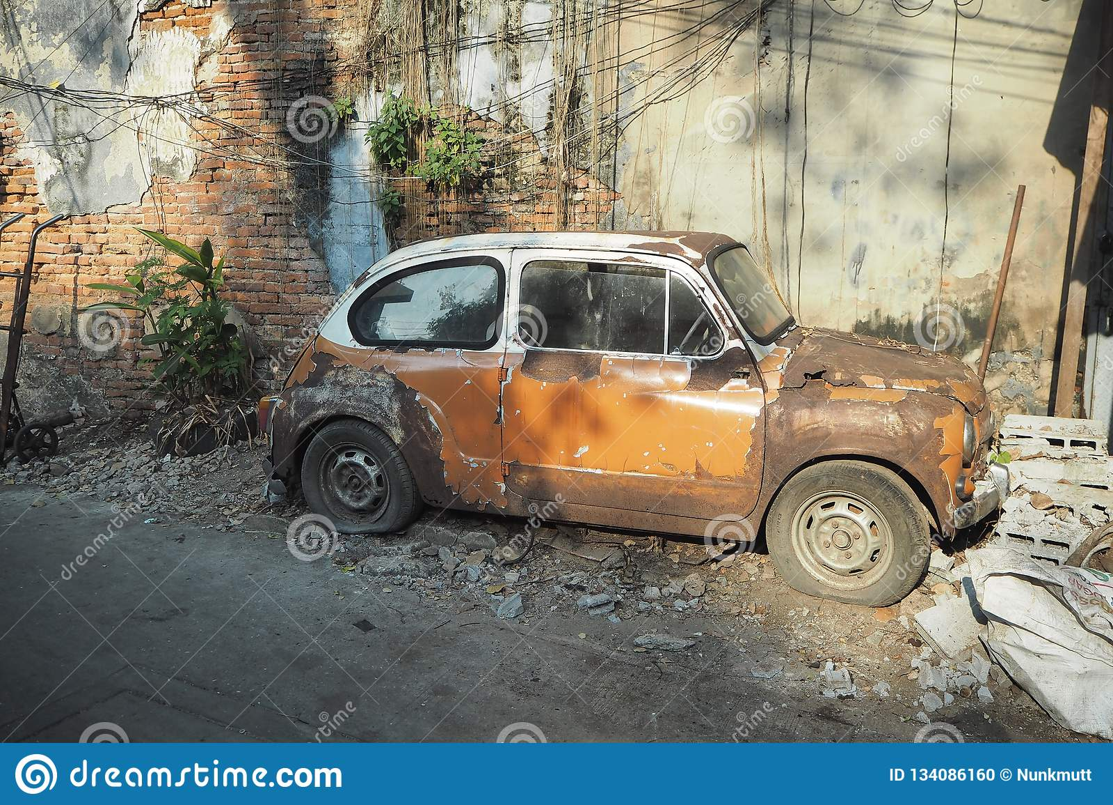 Fond cassé concret de brique de vieux de cru de Fiat vieux de voiture de brun ton classique de sépia intemporel