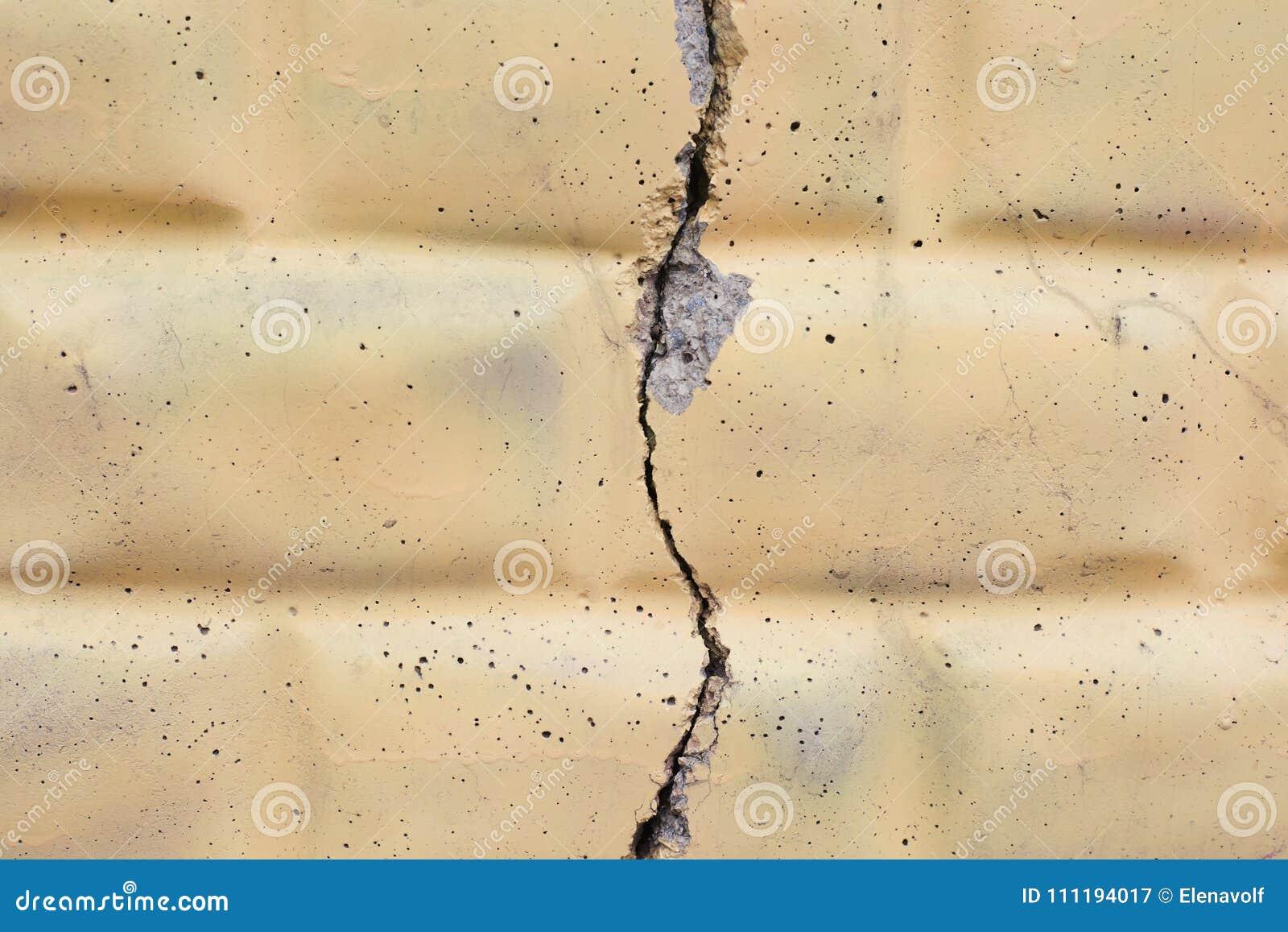 Fond clair Grande fente large sur le mur de briques
