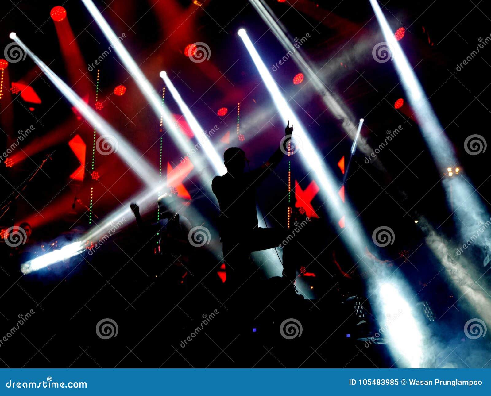 Fond d obscurité et d éclairage sur l étape de concert