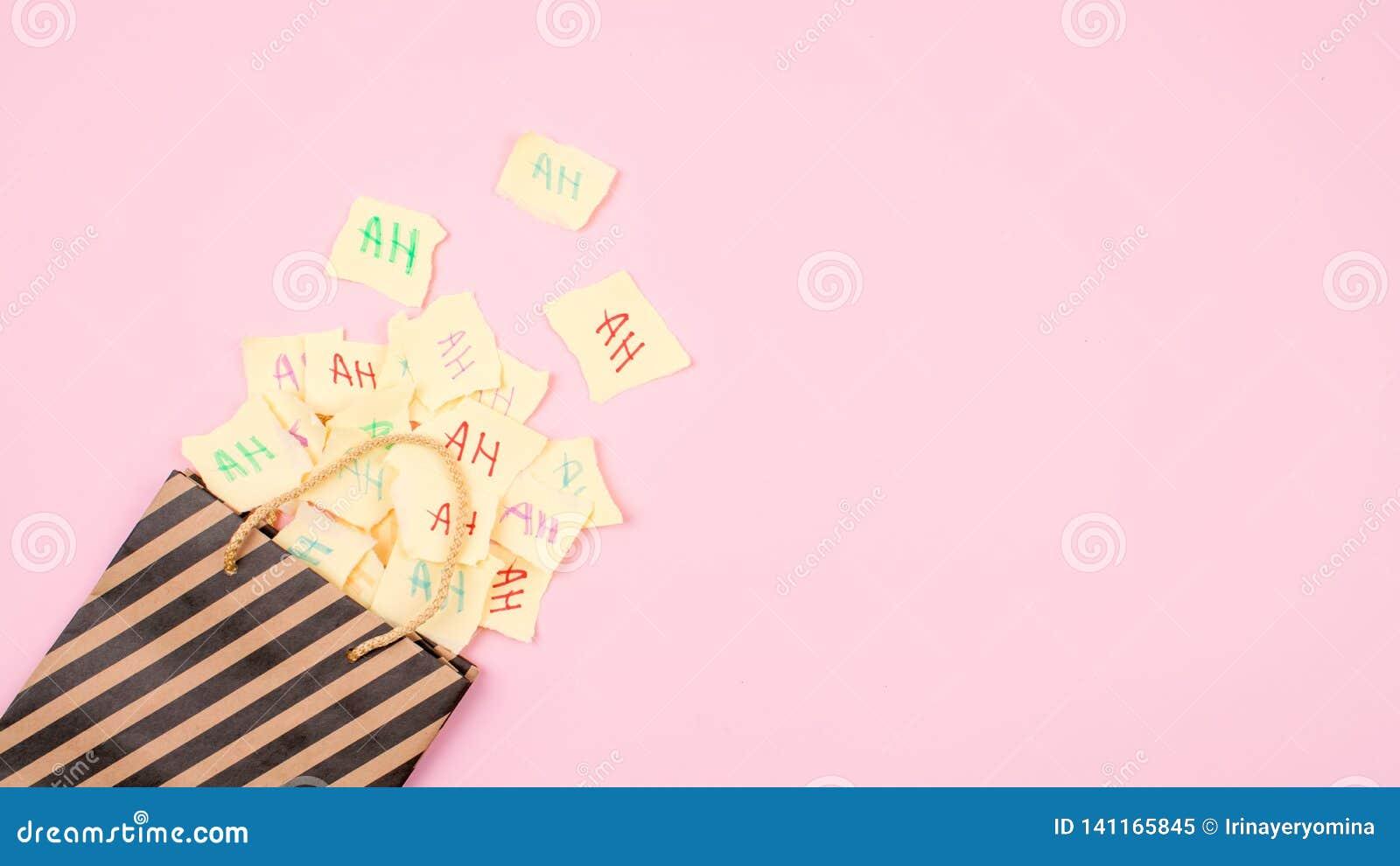 """Fond de célébration de jour d April Fools """" Sac de papier avec beaucoup de feuilles de papier avec les mots haha 1er avril maquet"""