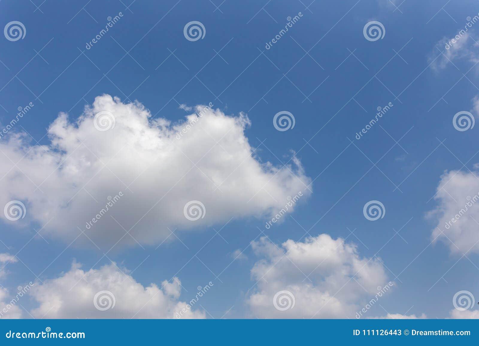 Fond de ciel bleu avec des nuages, ciel de fond