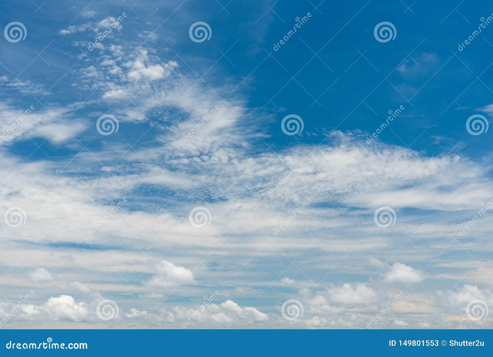 Fond de ciel bleu avec des nuages Concept de nature et de fond Th?me de l espace et d air