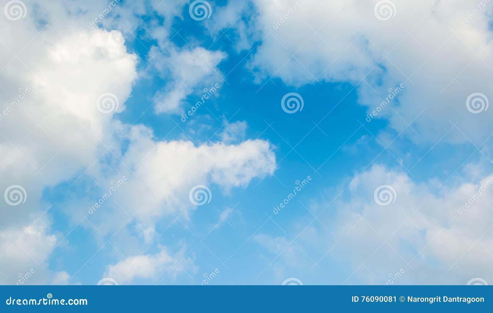 Fond de ciel bleu avec les nuages blancs