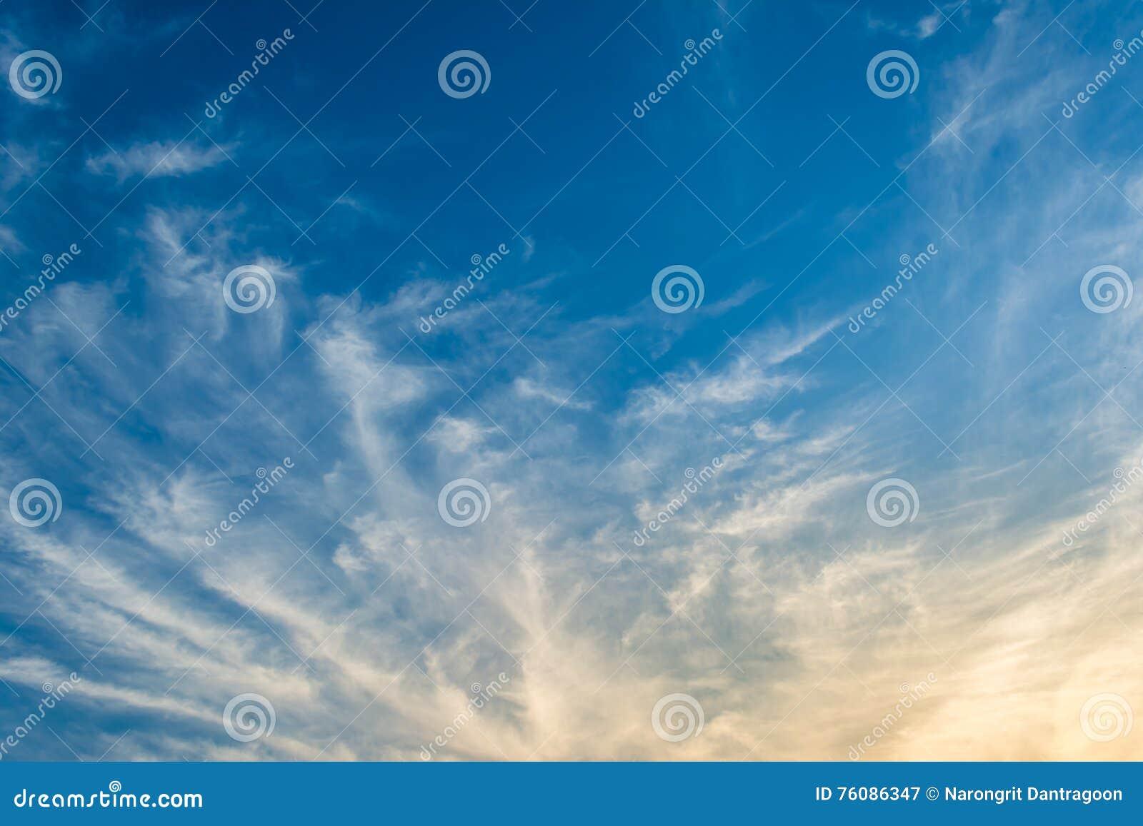 Fond de ciel bleu avec les nuages minuscules
