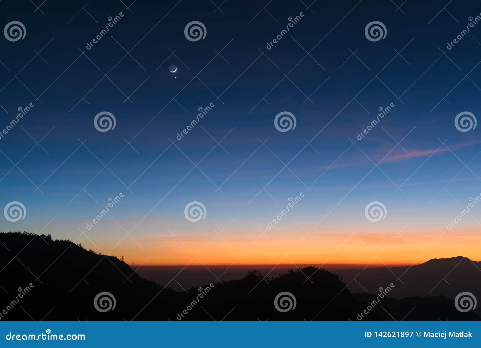 Fond de ciel d aube avec la lune