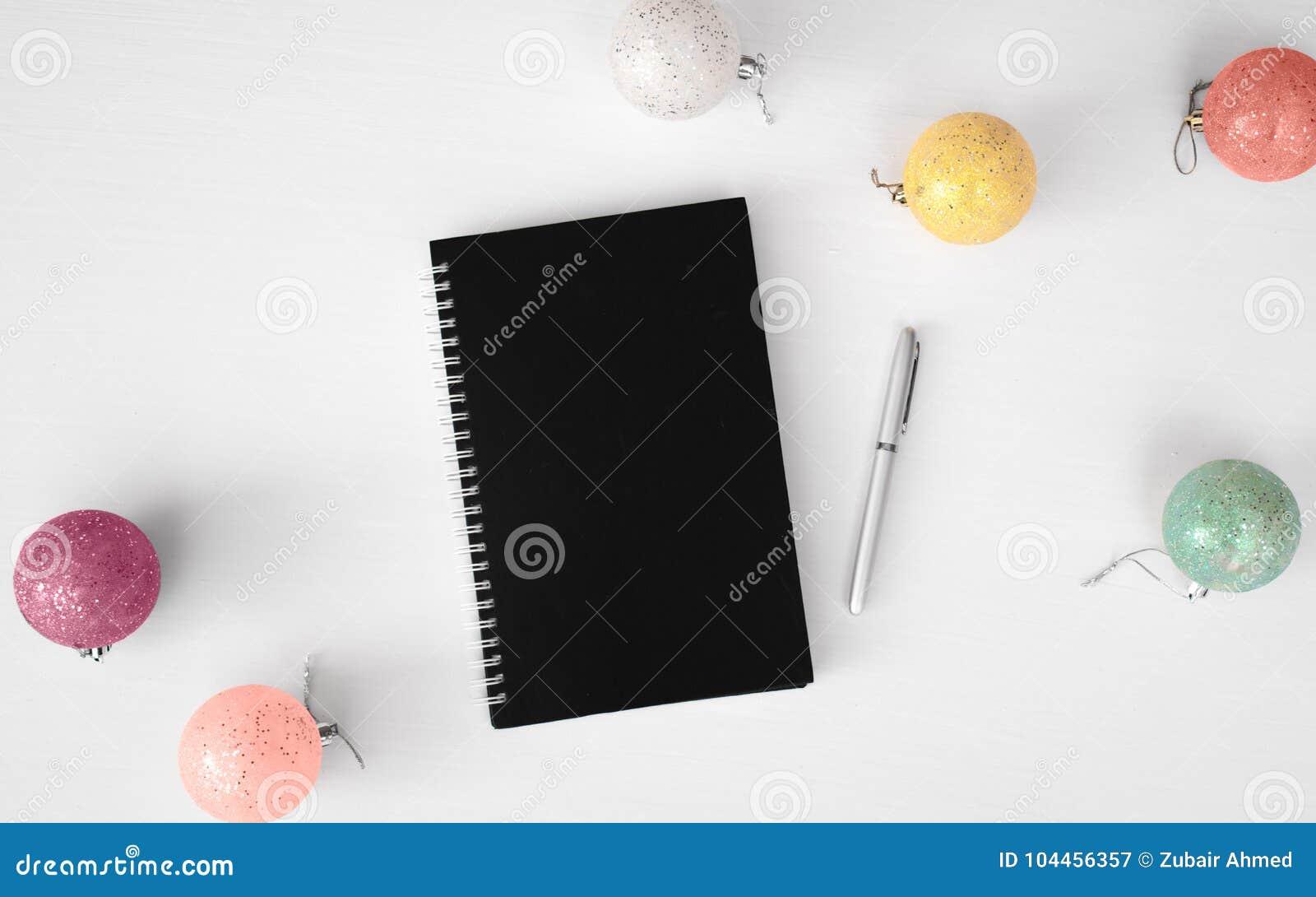 Fond de composition en Noël d insecte de carte postale de journal intime wallpaper, des boules de décoration, sur le fond blanc C