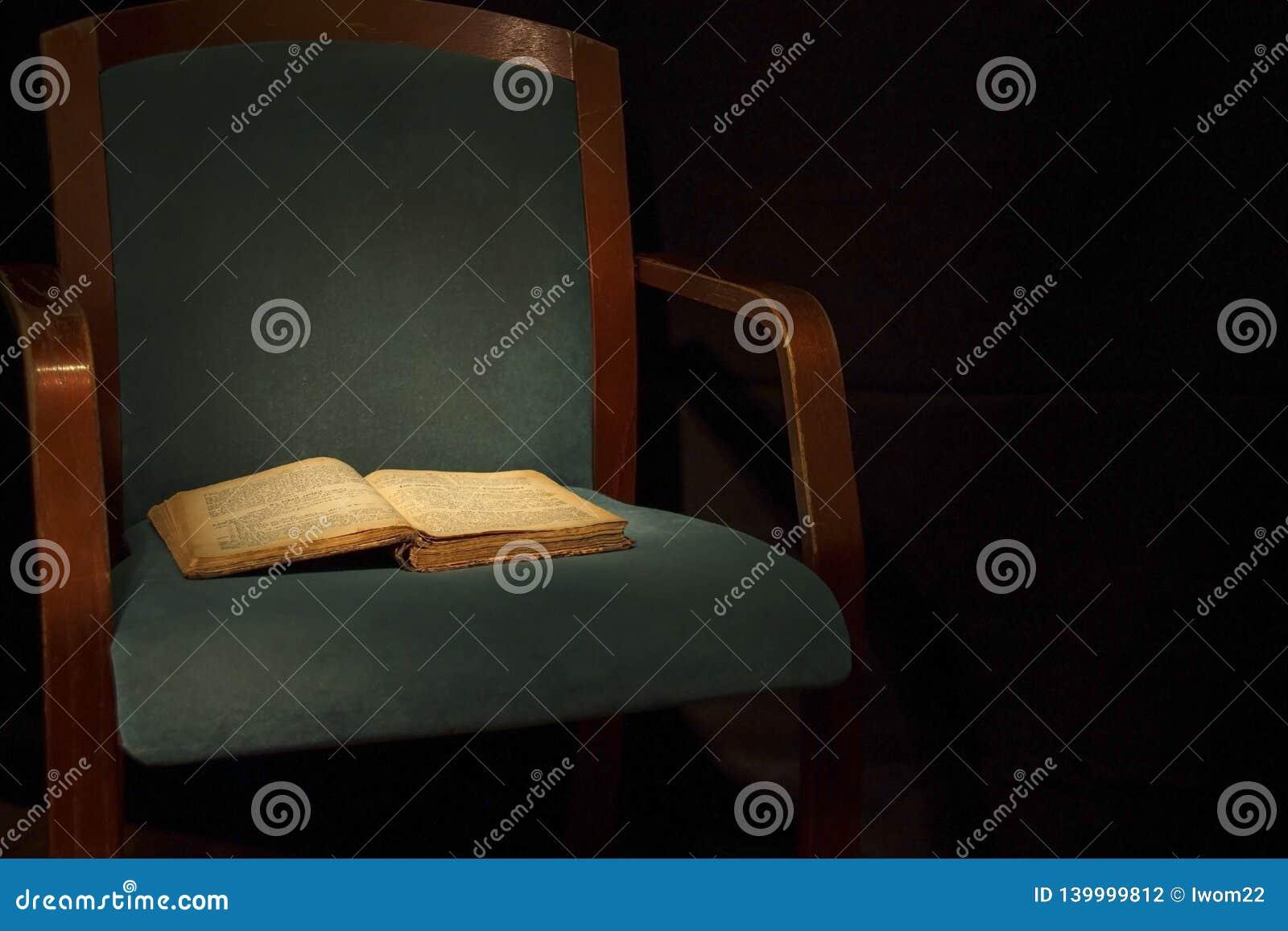 Fond de cru Vieux livre même sur une chaise
