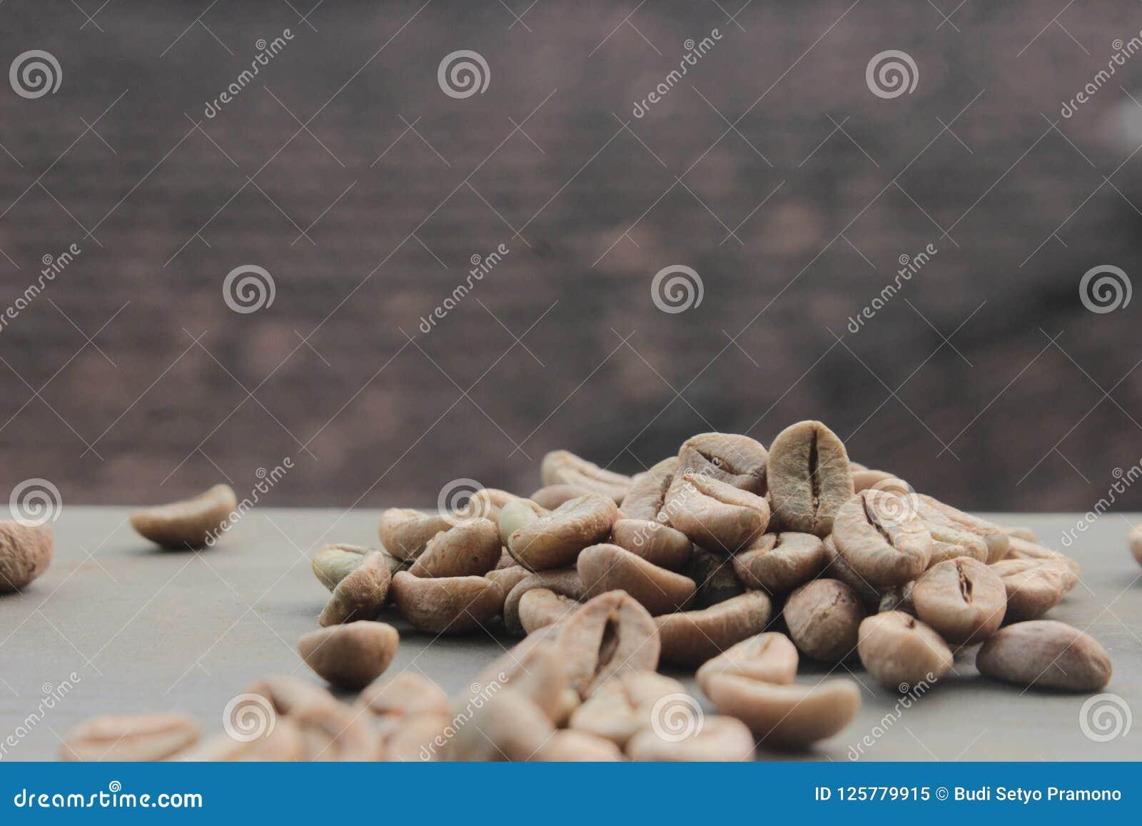 Fond de grains de café avec le foyer sur le café