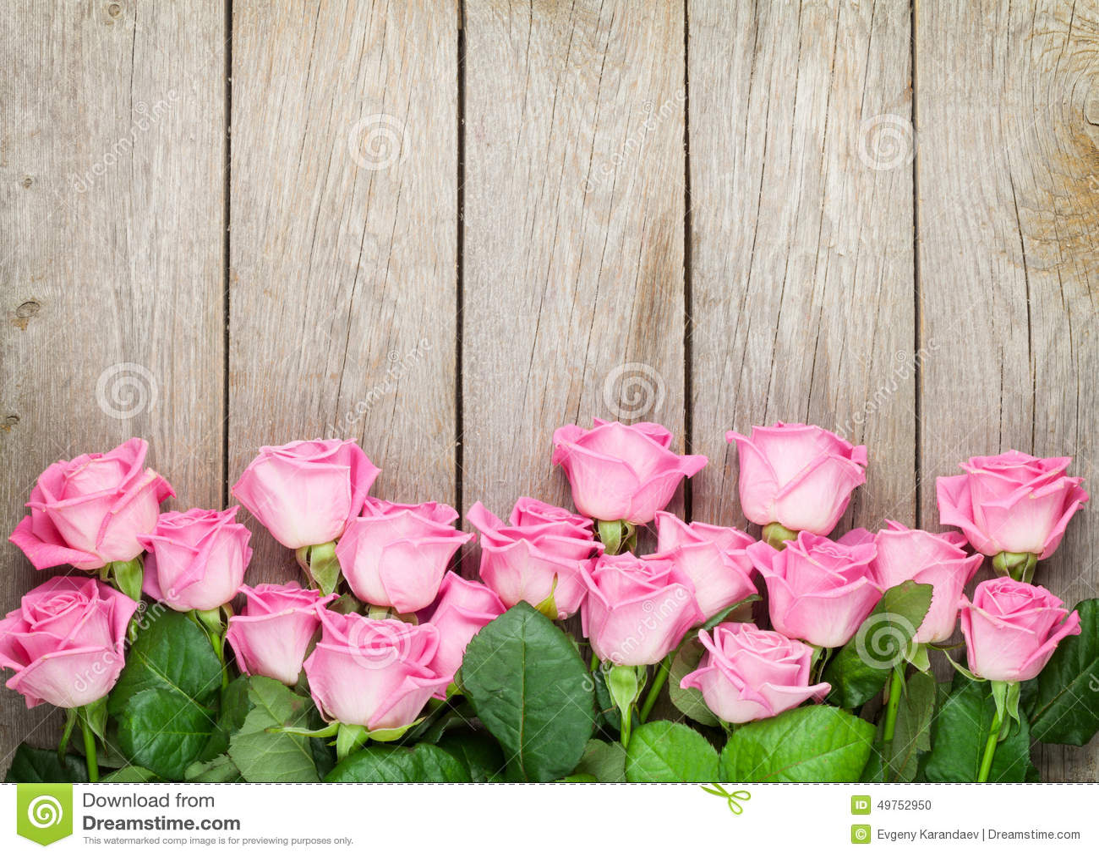 Fond de jour de valentines avec les roses roses au-dessus de la table en bois