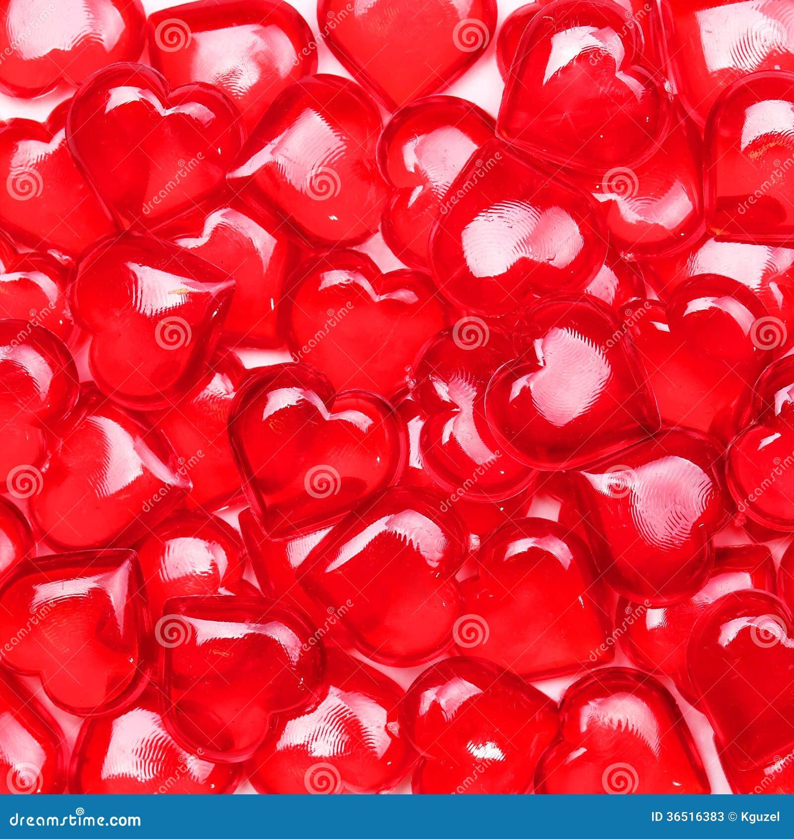 Fond de jour de valentines. Coeurs rouges en verre