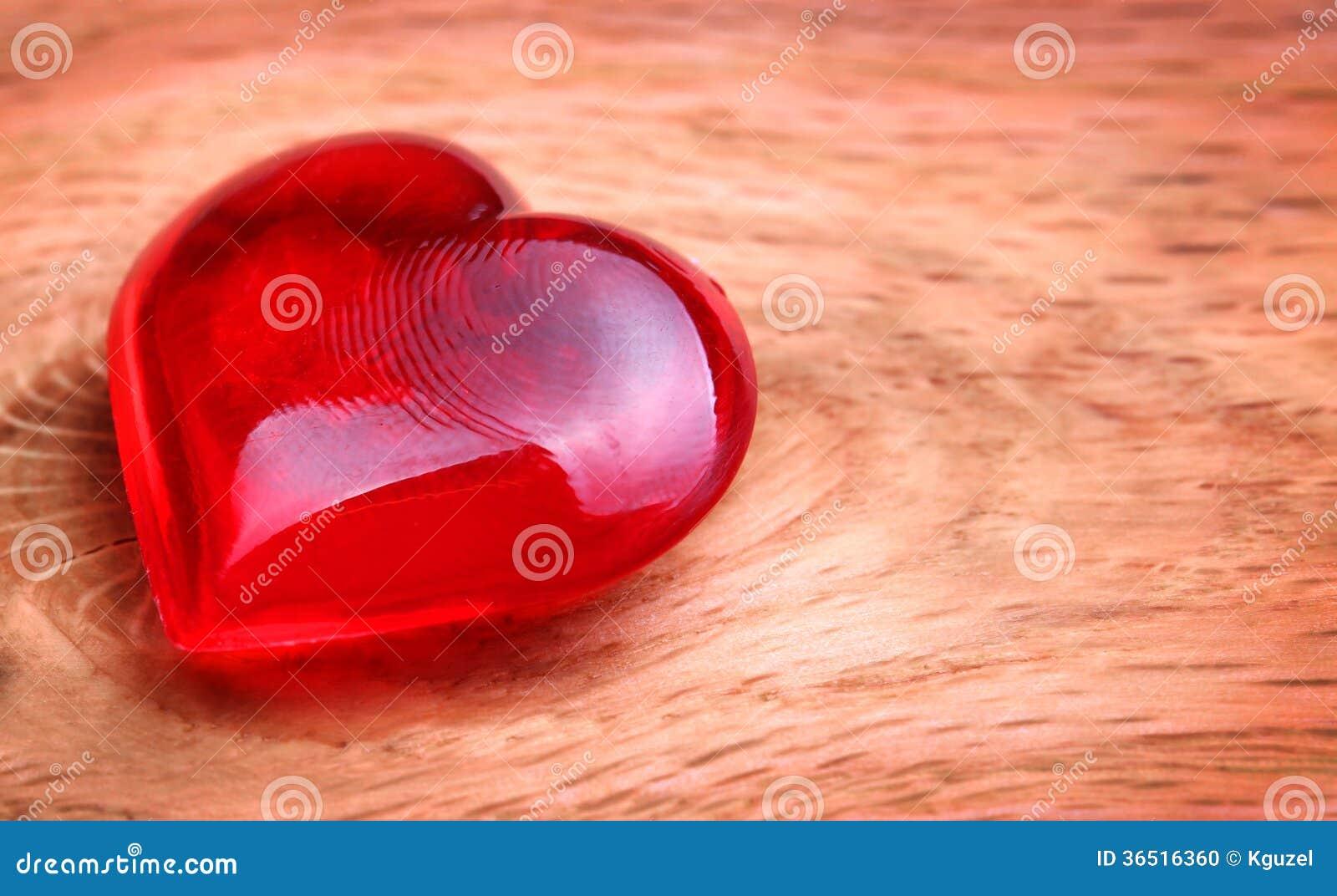 Fond de jour de valentines. Coeurs sur en bois