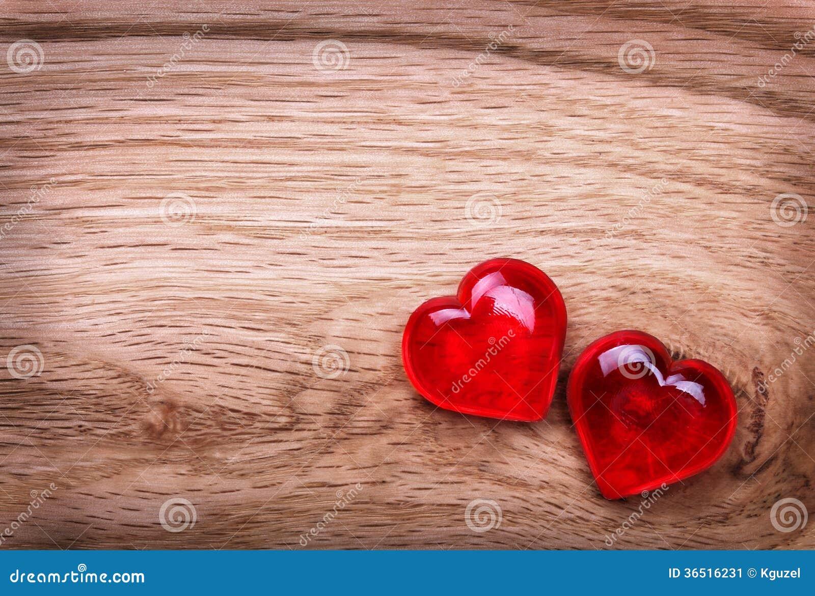 Fond de jour de valentines. Coeurs sur la texture en bois