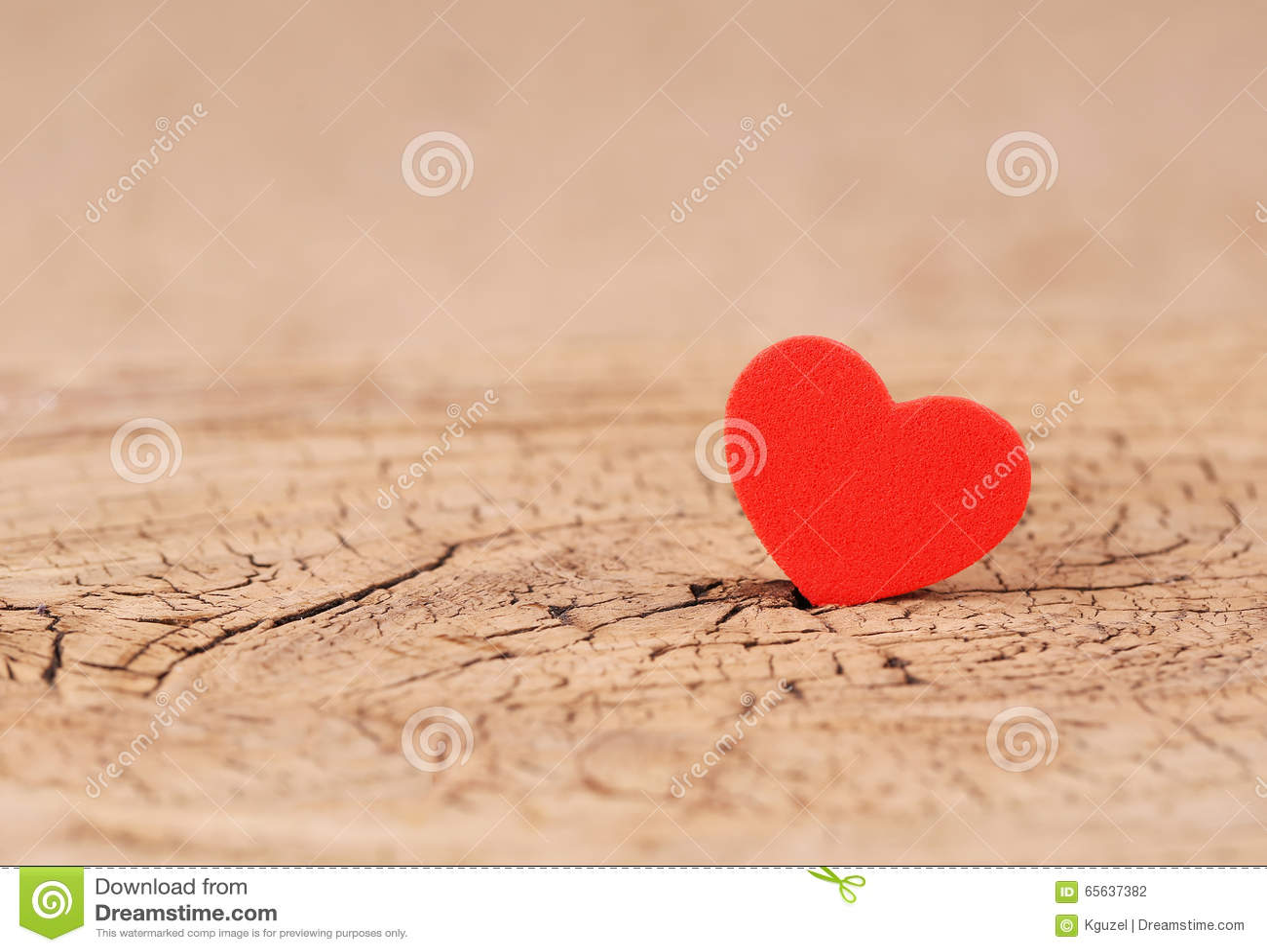 Fond de jour de valentines Coeurs sur la texture en bois