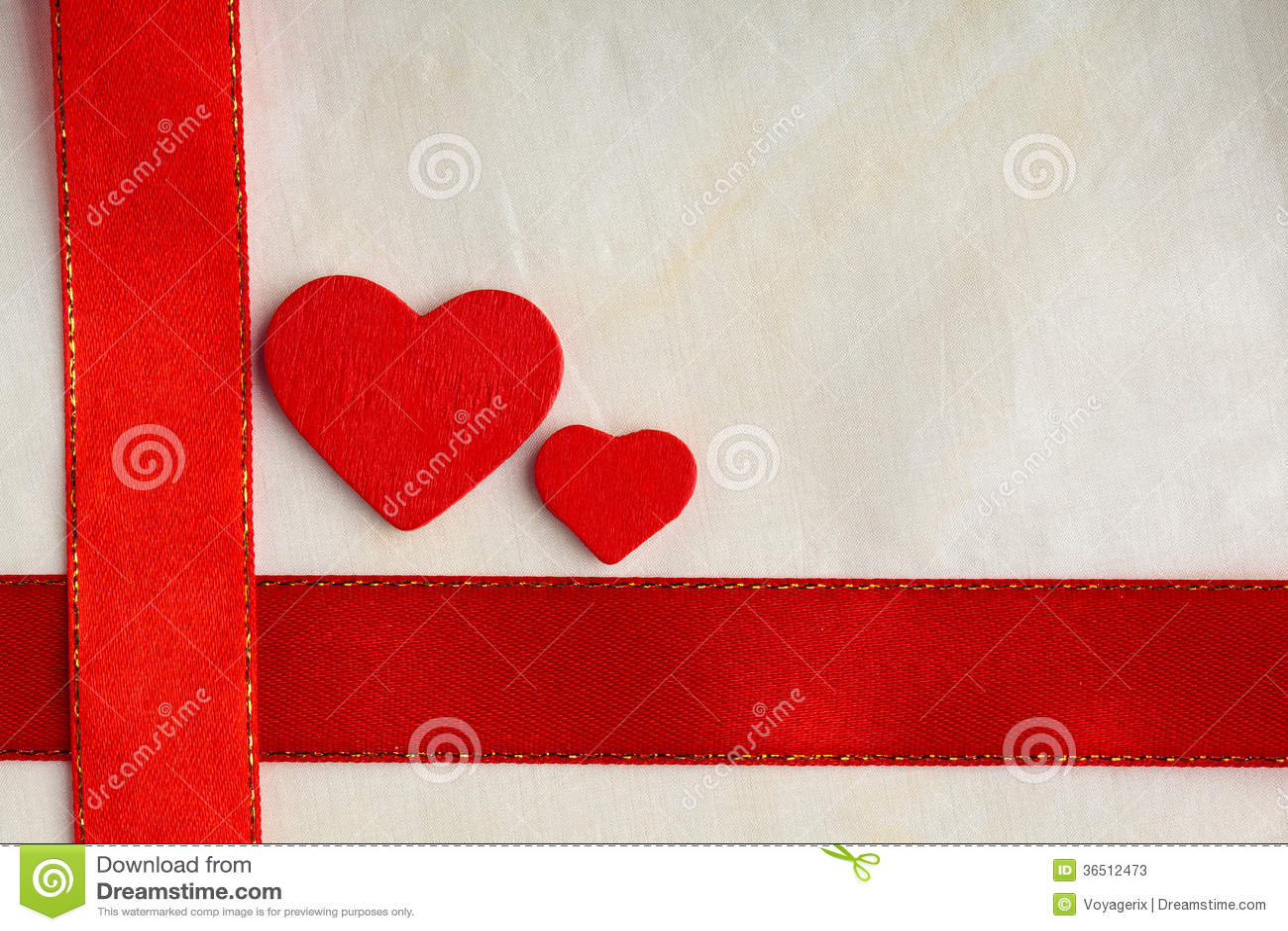 Fond de jour de valentines. Ruban et coeurs rouges de satin.