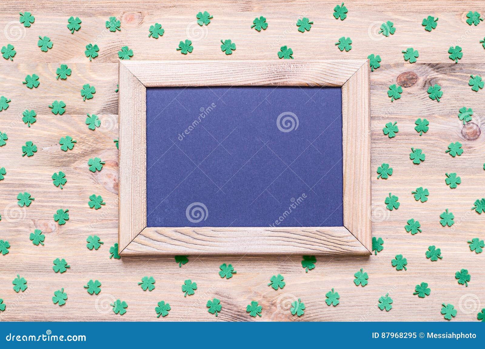 Fond de jour du ` s de St Patrick avec les quatrefoils verts sur le fond en bois