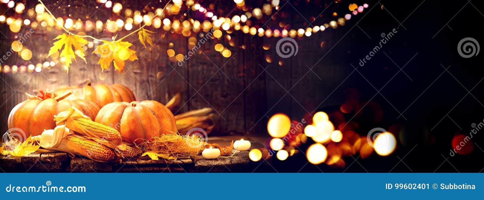 Fond de jour de thanksgiving Table en bois avec des potirons et des épis de maïs