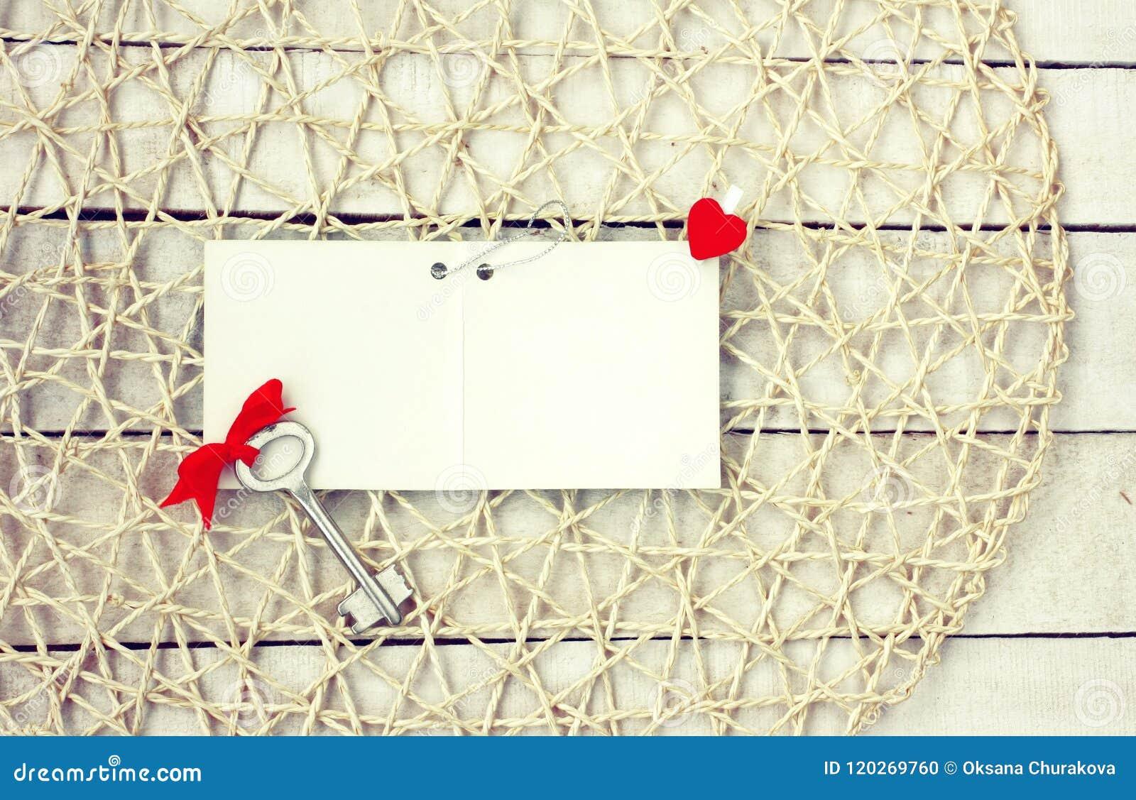 Fond de jour de valentines, étiquette de papier blanc, clé avec l arc rouge et