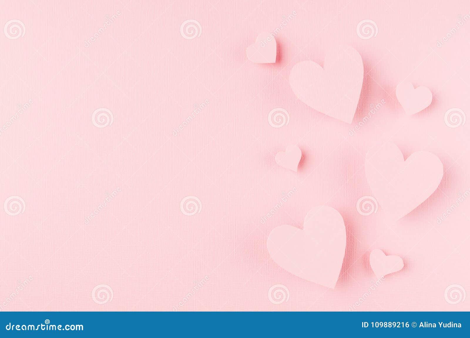 Fond de jour de valentines avec des coeurs volant sur le papier rose, l espace de copie