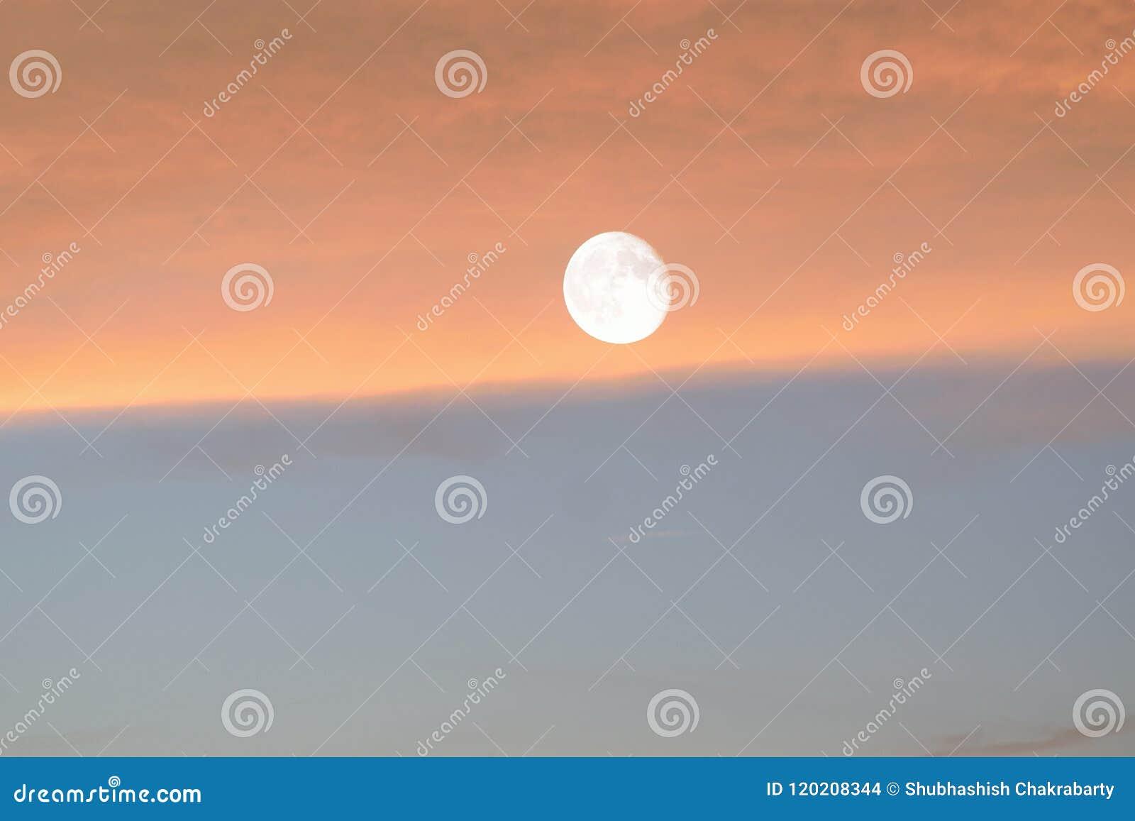 Fond de nature de pleine lune brillante en ciel de crépuscule