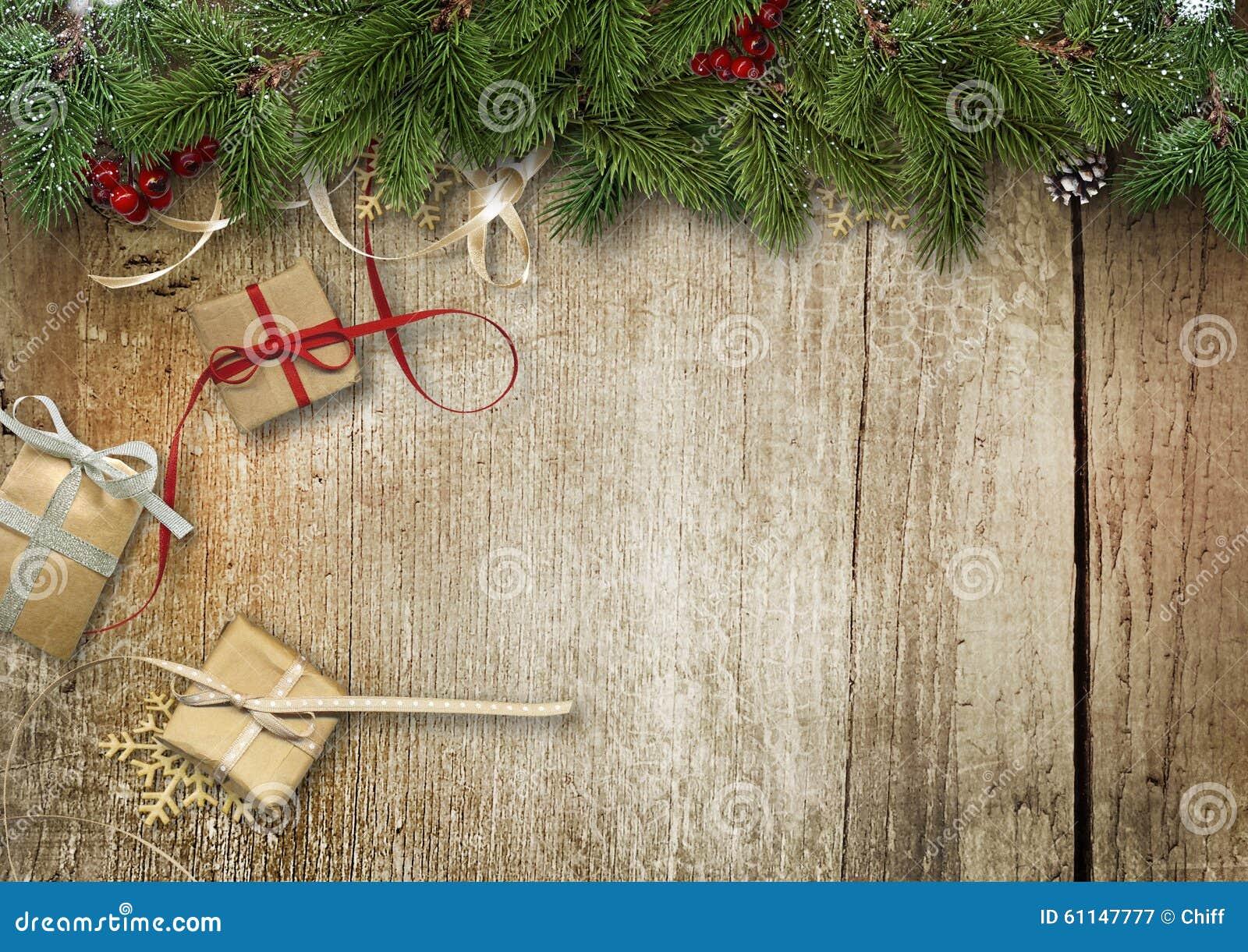 Fond de Noël avec les branches, le boîte-cadeau et le houx de sapin sur