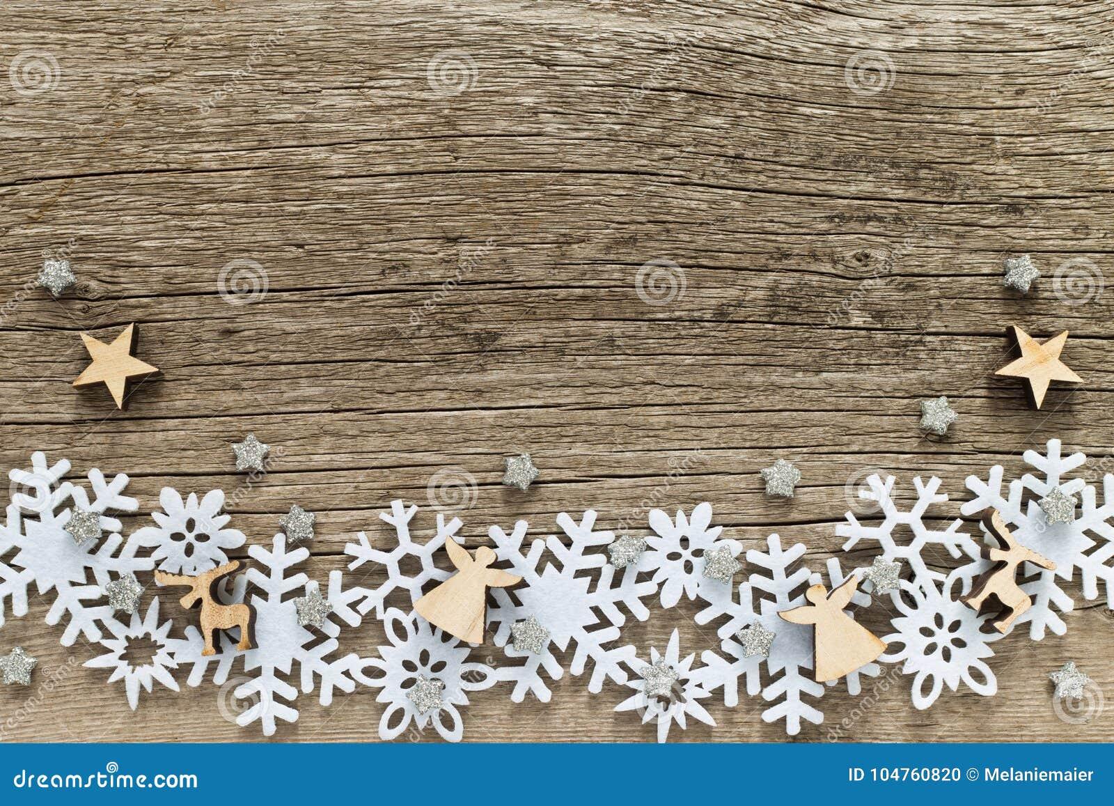 Fond de Noël avec les flocons de neige blancs et les chiffres en bois