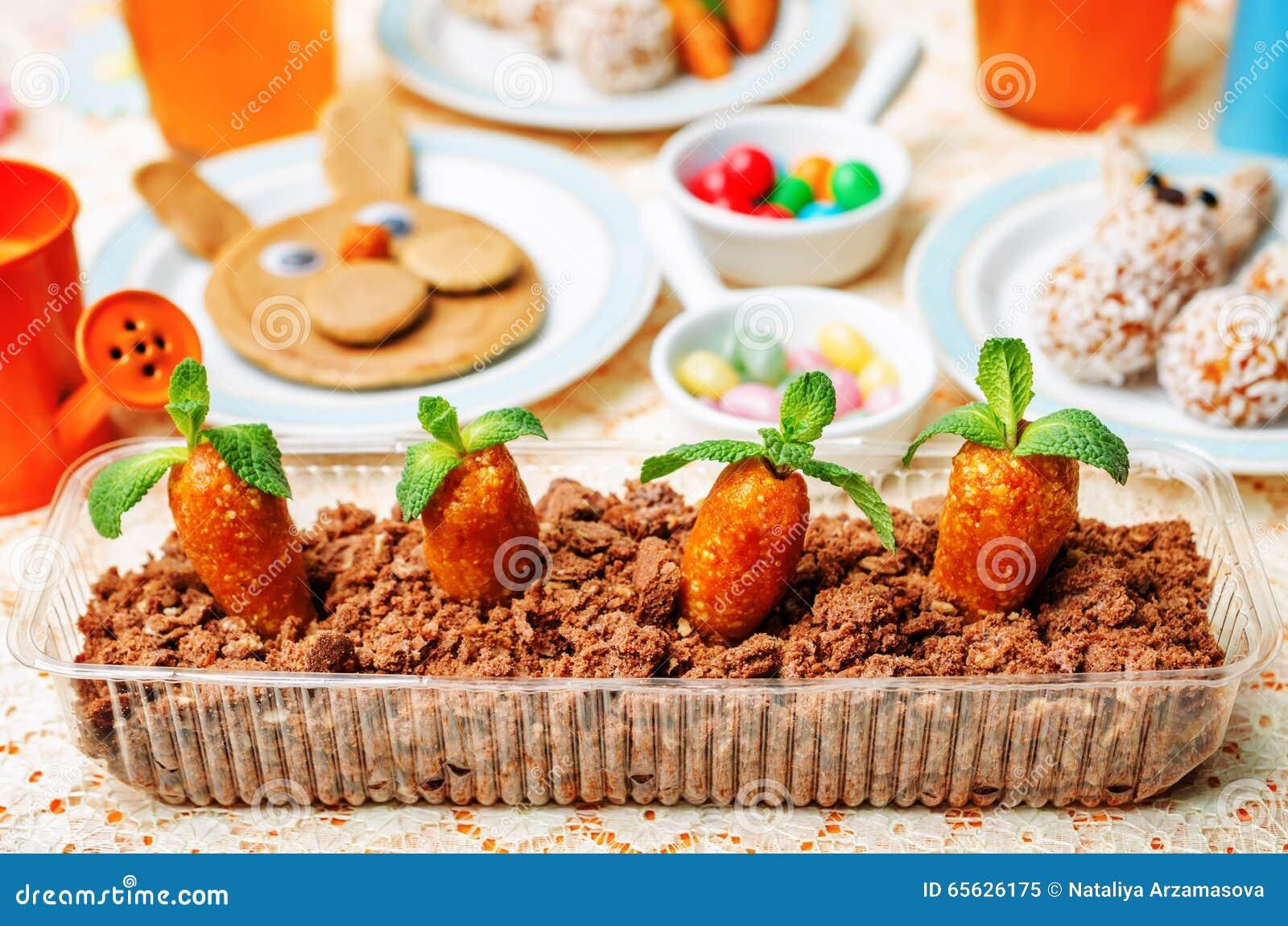 Fond de Pâques avec les bonbons et le jus pour des enfants