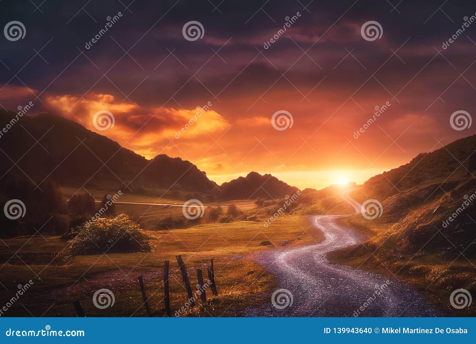 Fond de paysage avec le chemin dans Urkiola au coucher du soleil