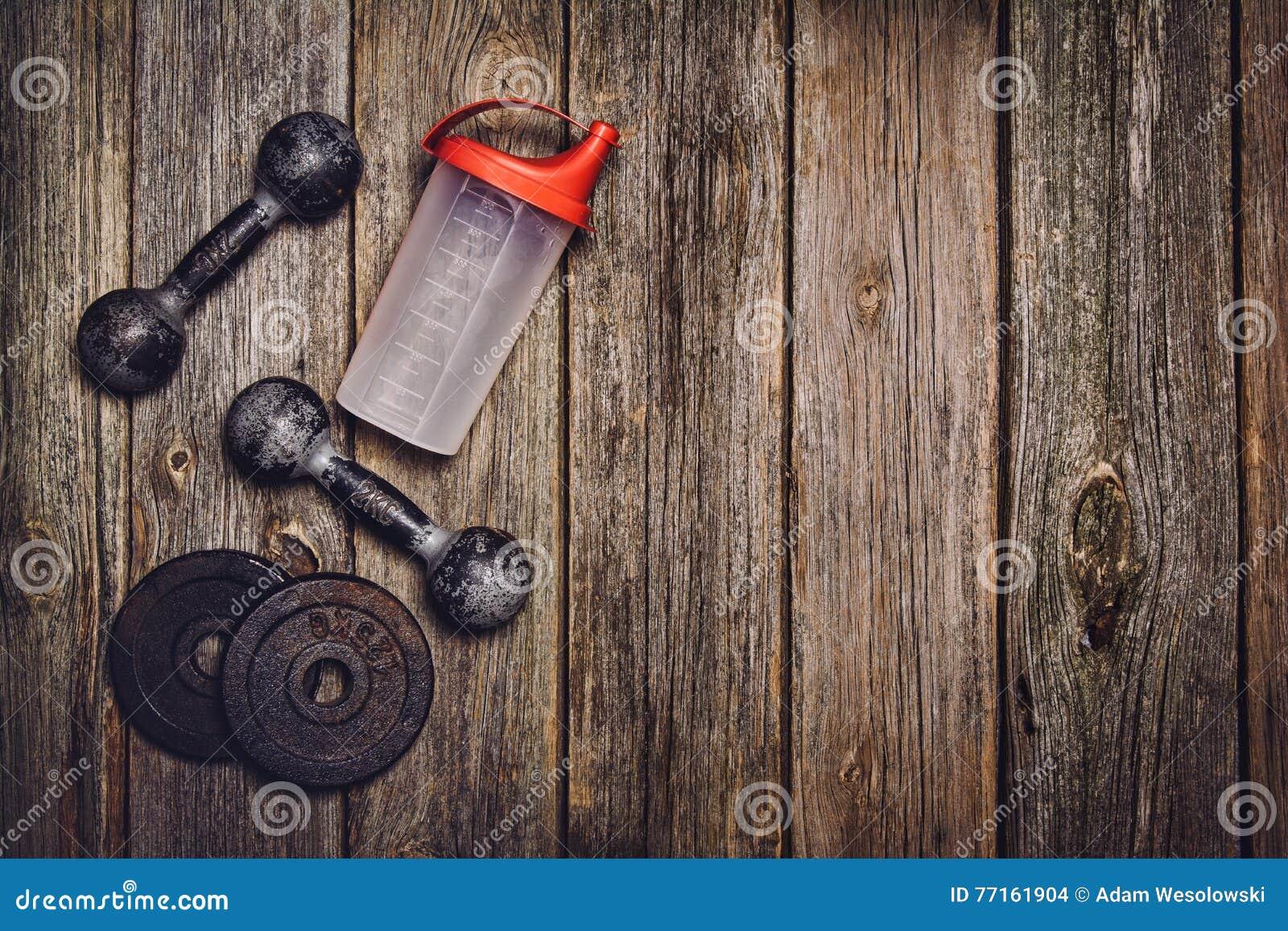 Fond de séance d entraînement de forme physique Haltères sur le plancher en bois