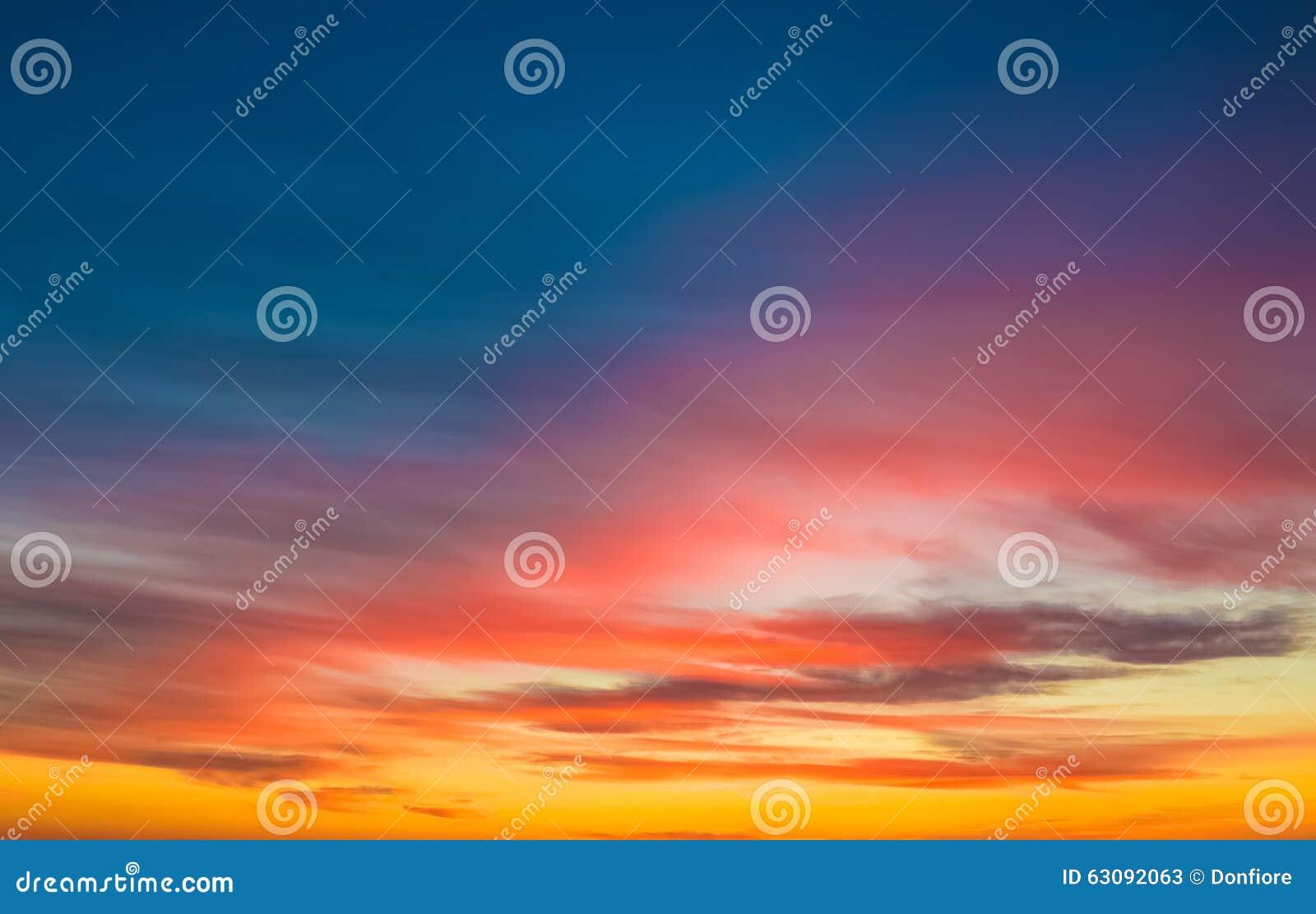 Download Fond De Scène De Coucher Du Soleil, Ciel Coloré Avec Les Nuages Mous Image stock - Image du scène, détendez: 63092063
