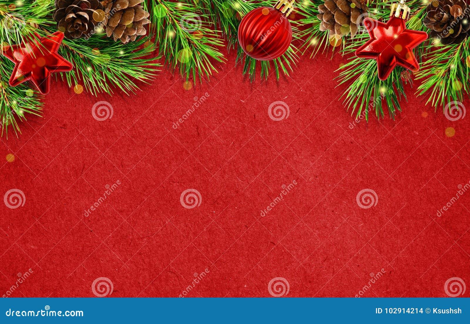 Fond de vacances avec des brindilles d arbre de Noël, cônes, abd l de boules