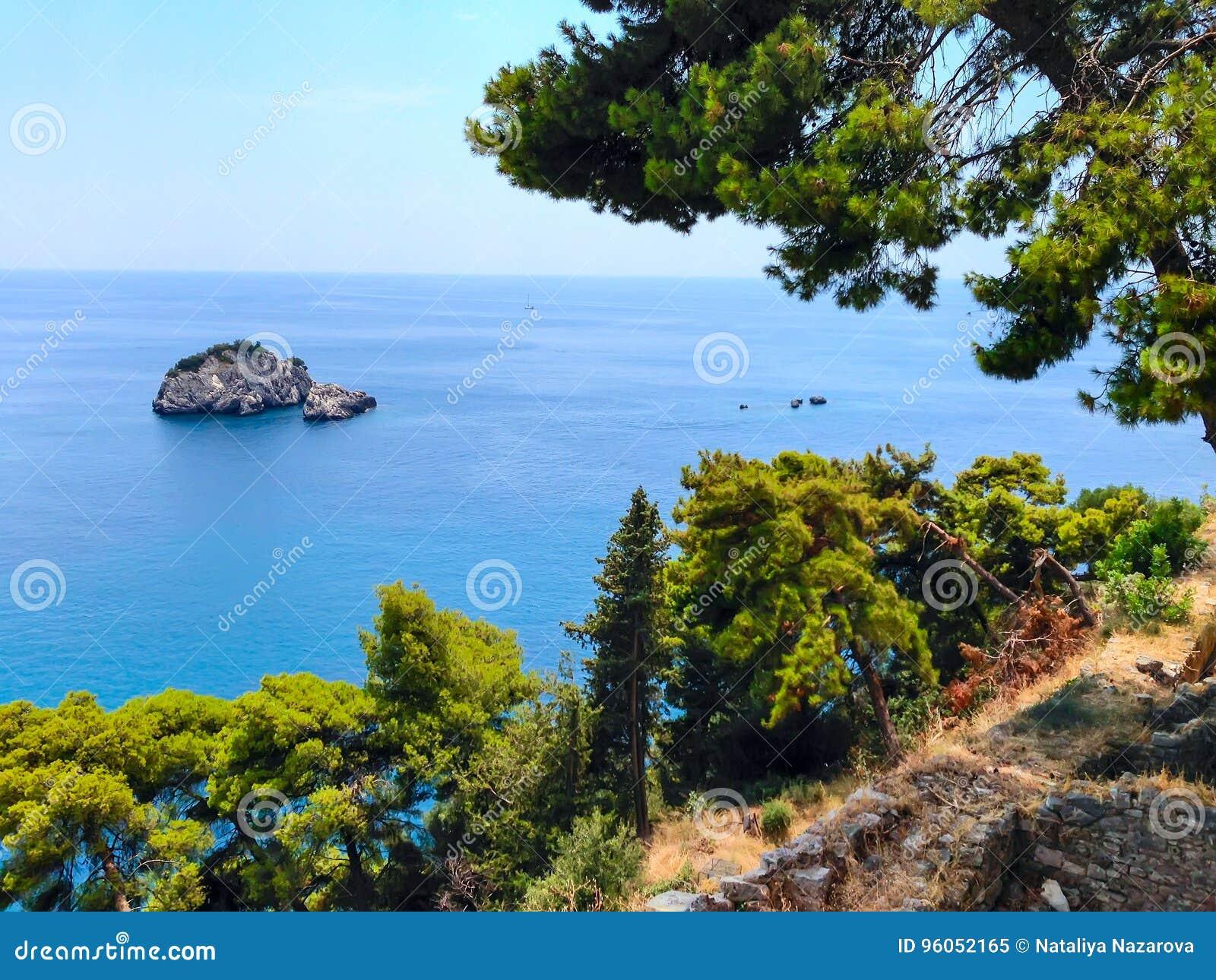 Fond de vacances d été avec la baie d eau de mer de turquoise, nountains, pins