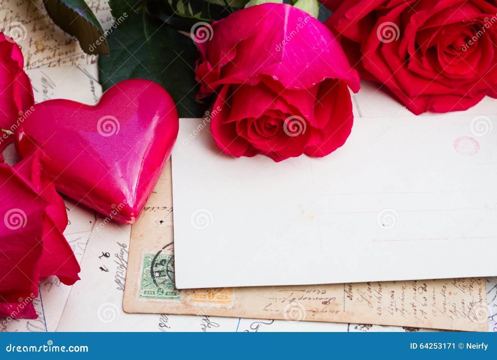 Fond de vintage avec des coeurs et des roses