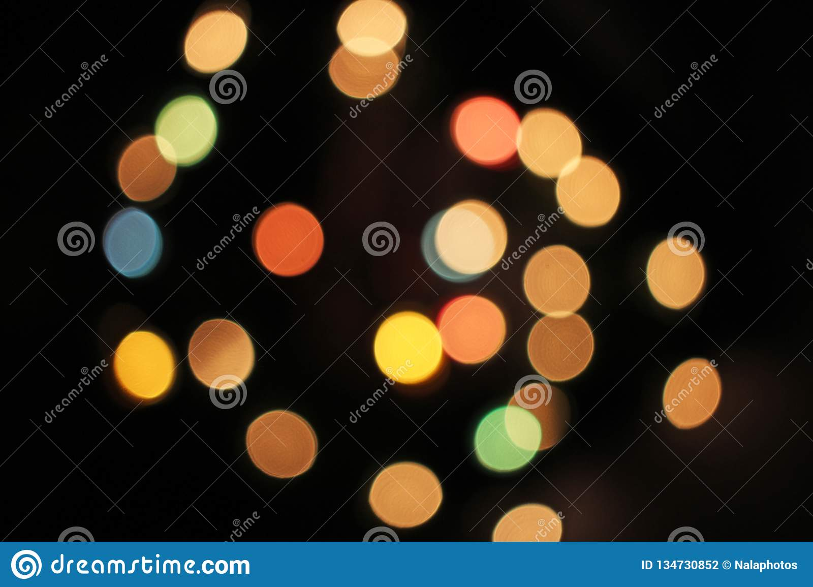 Fond defocused brouillé de bokeh de lumières de lumière de Noël Le vert de bleu jaune rouge coloré De a focalisé le modèle éclata