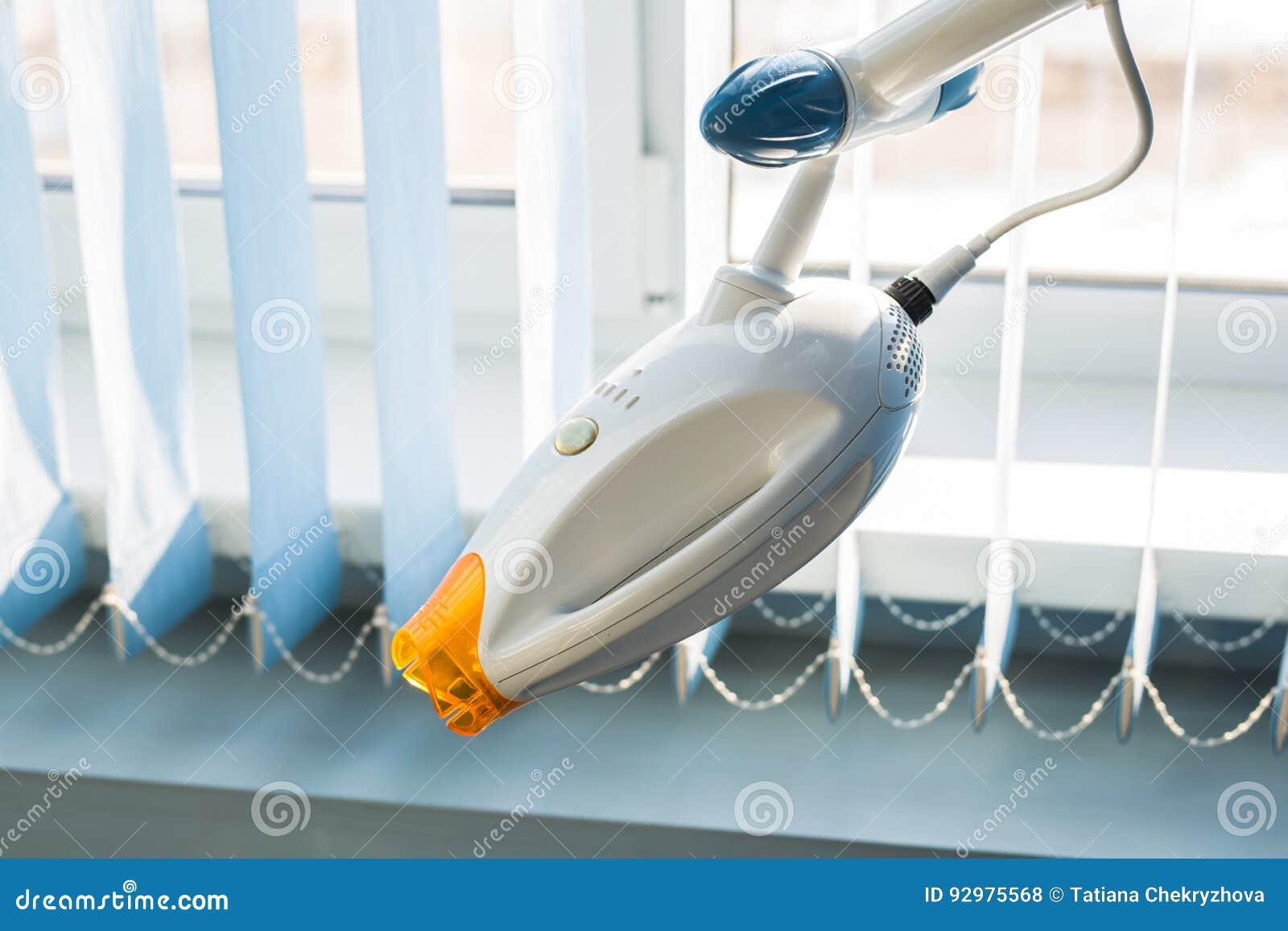 Fond dentaire de concept de soins de santé - fin dentaire de lampe de poignée  Équipement d art dentaire et de stomatologie