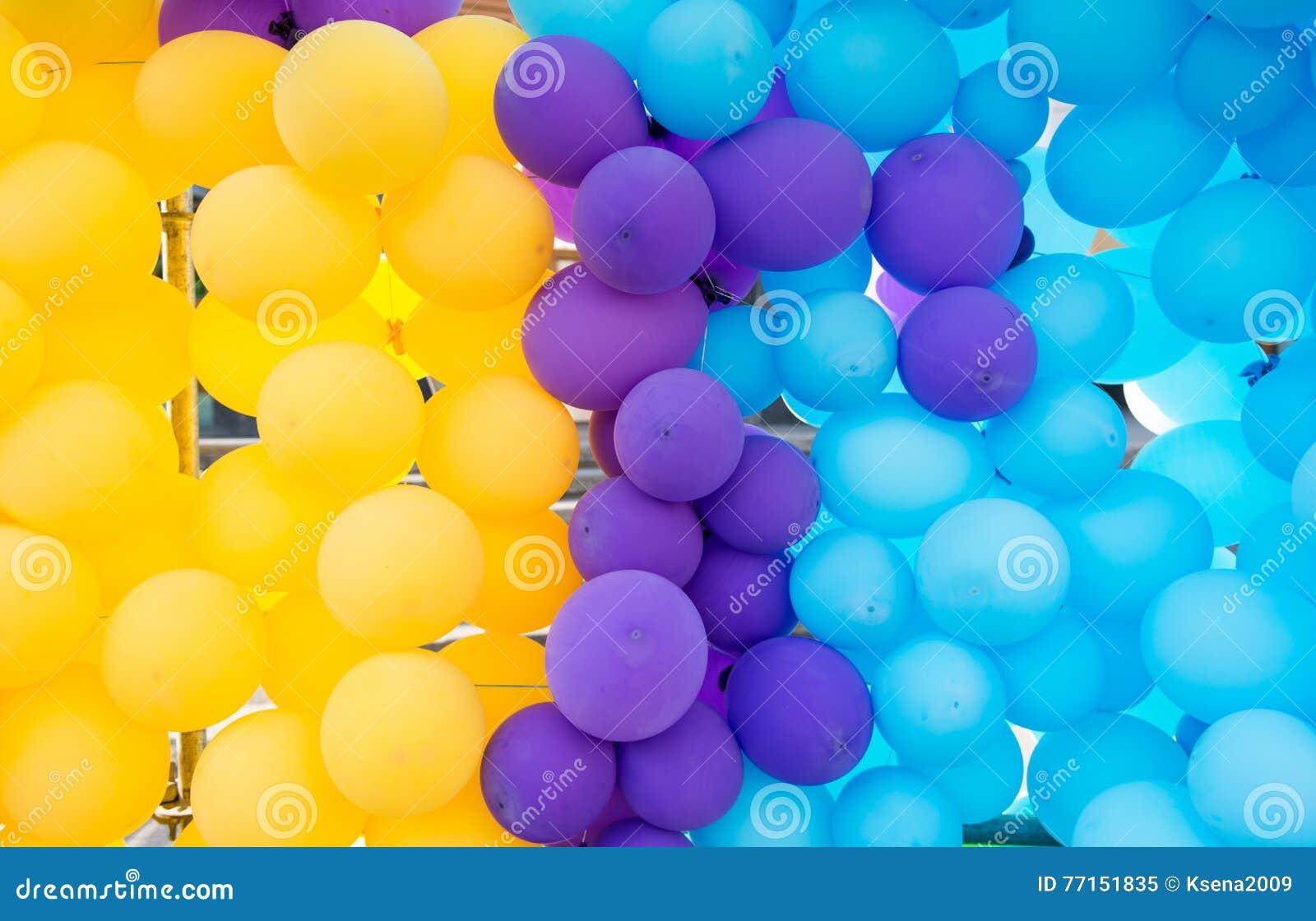 Fond des ballons colorés par décorations de vacances