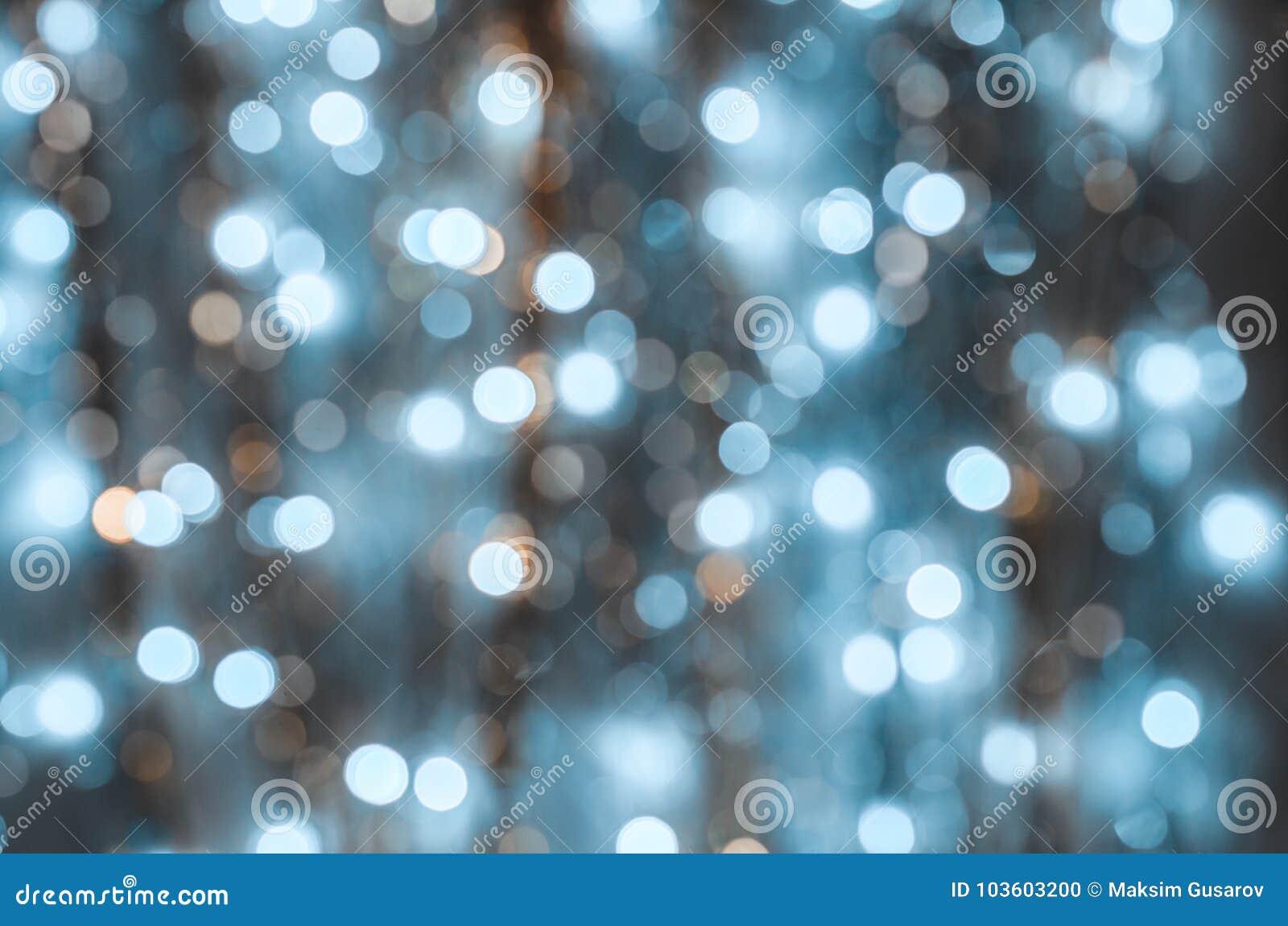 Fond des lumières fortement brouillées des guirlandes