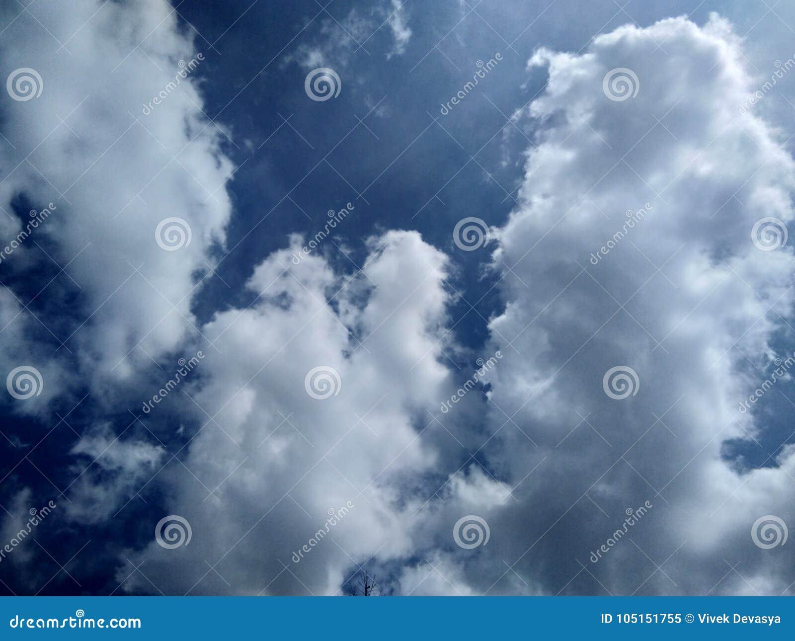 Fond du ciel bleu nuageux blanc