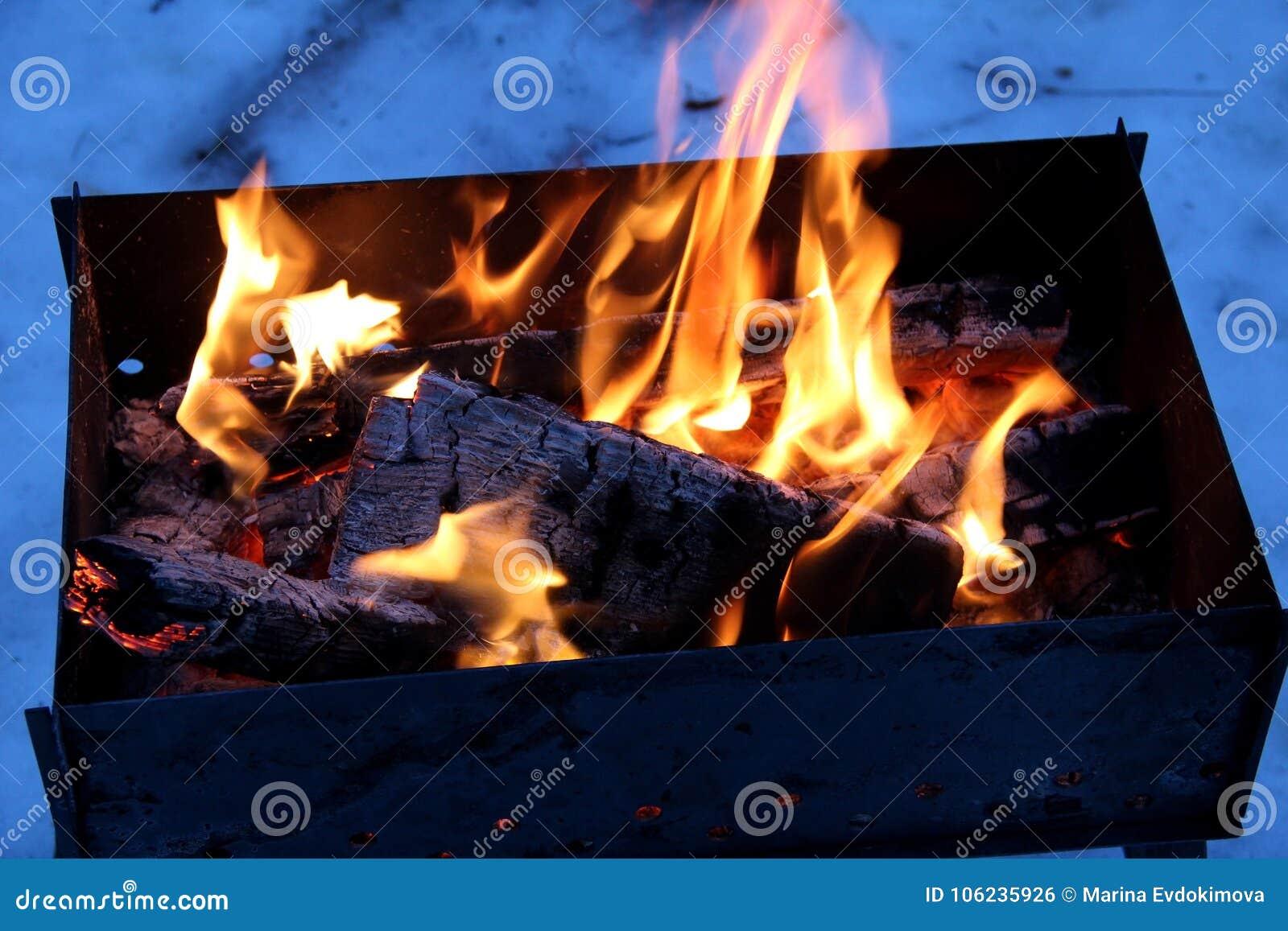 fond du feu et de bois noir charbons blancs gris-foncé et noirs sur