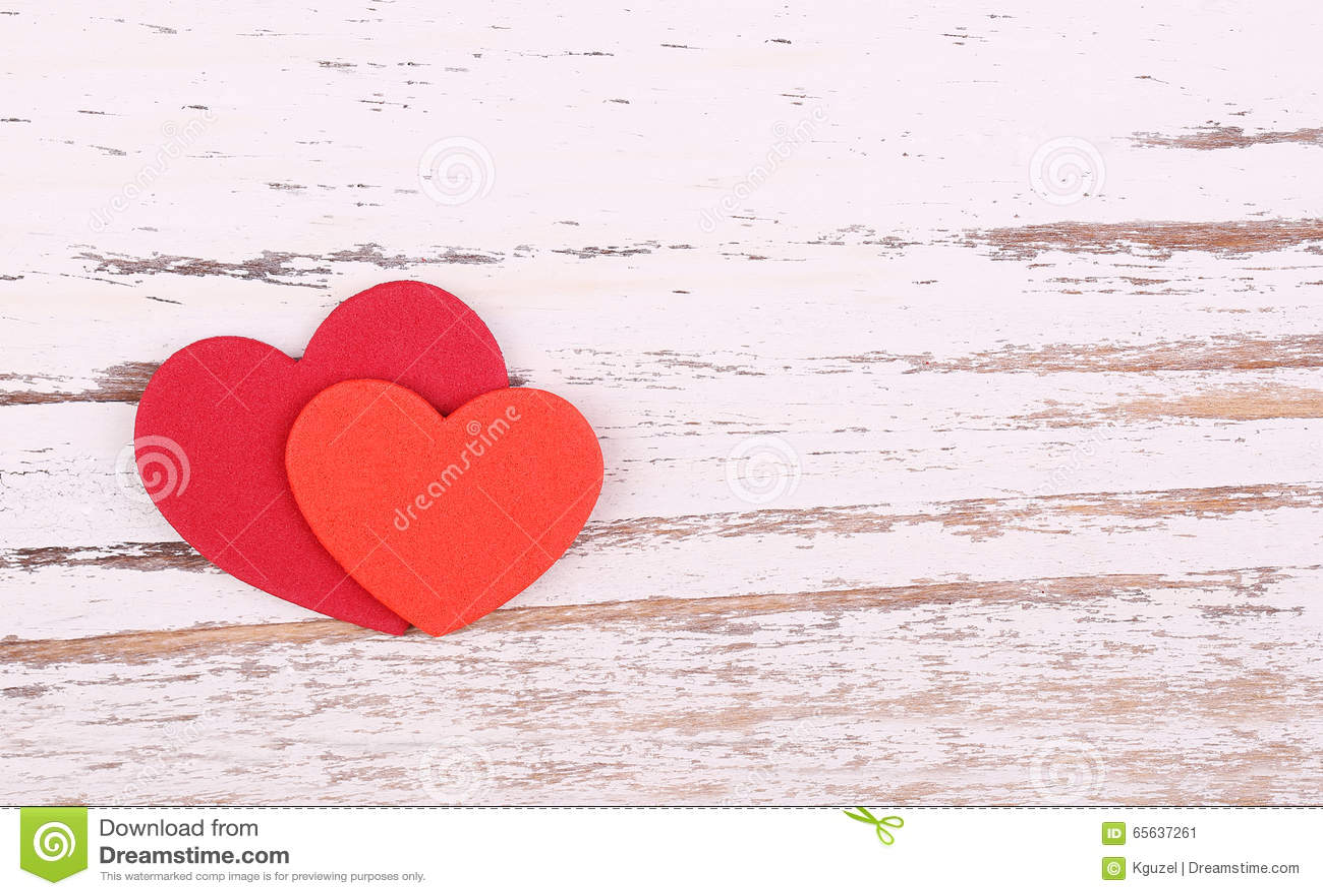 Fond du jour de Valentine Deux coeurs de papier sur le backgroun en bois