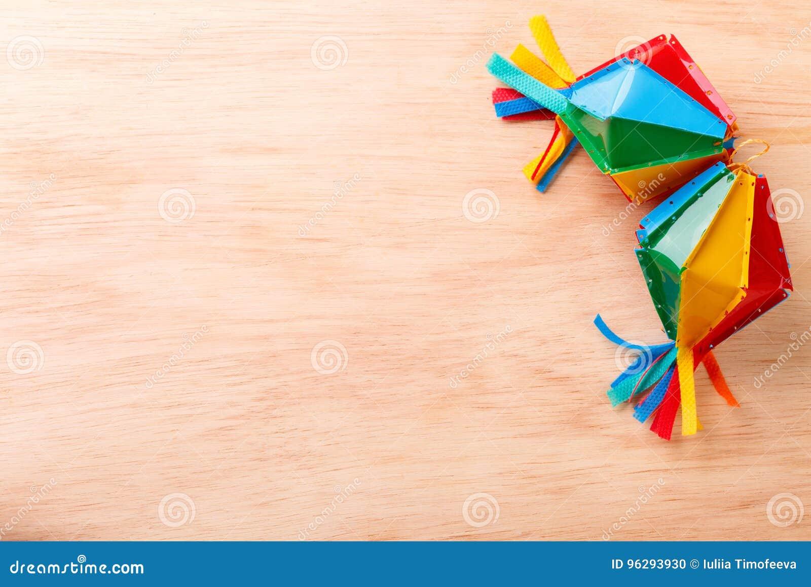 Fond en bois avec le chapeau en osier pour le festivel brésilien Festa Junina