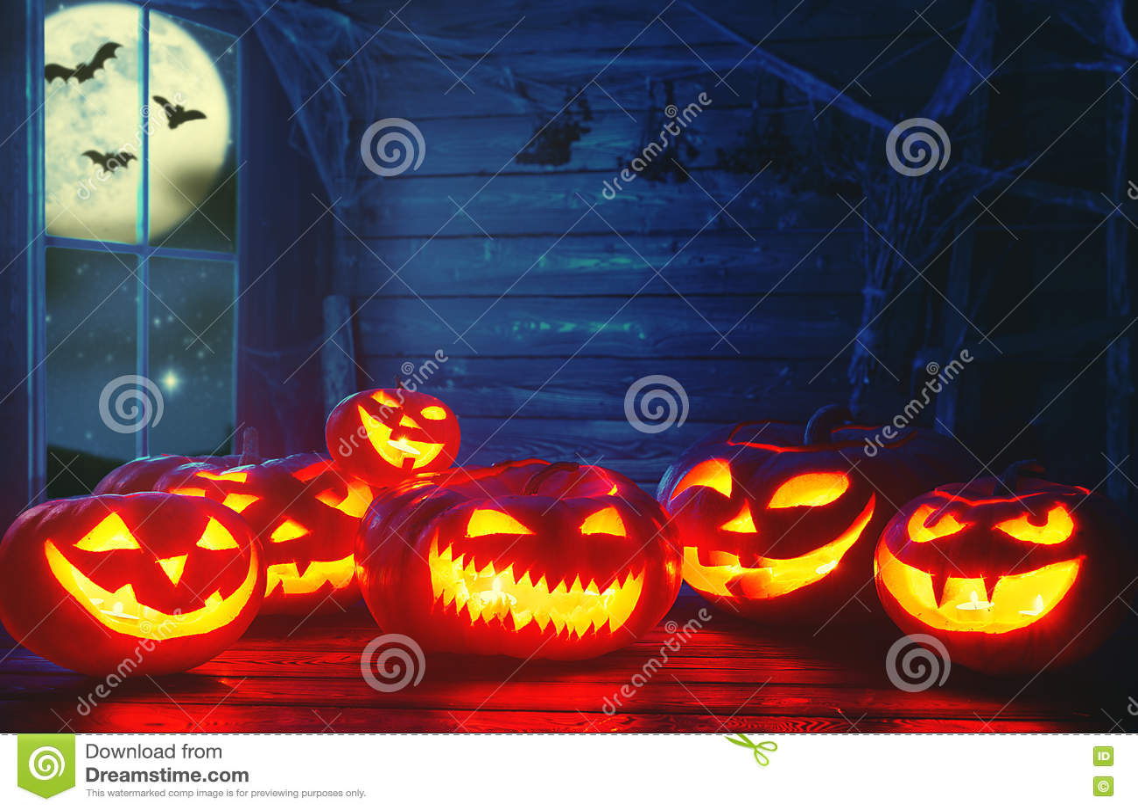 Fond fantasmagorique de veille de la toussaint potiron effrayant avec les yeux brûlants et