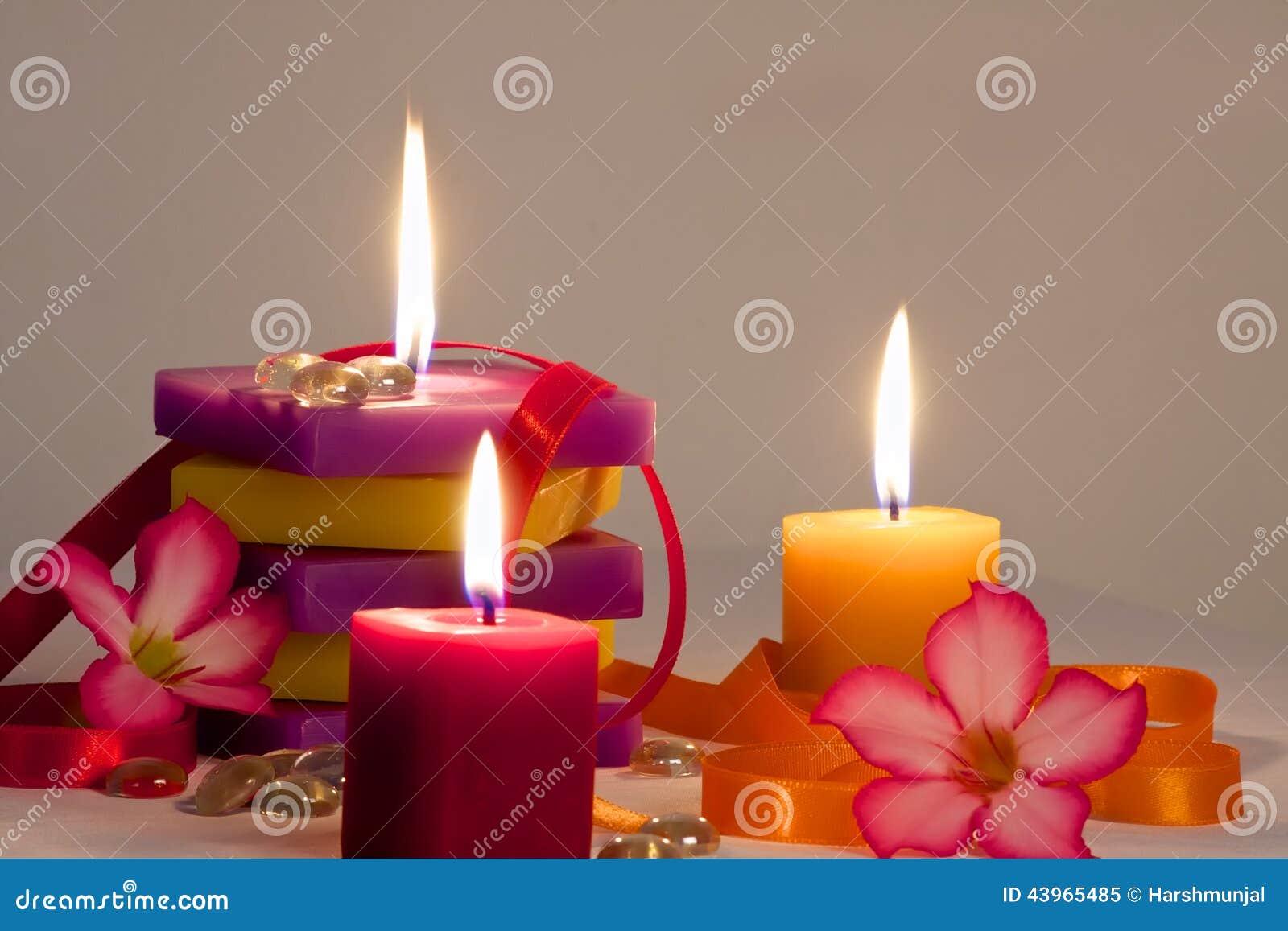 fond floral avec les bougies allum es photo stock image 43965485. Black Bedroom Furniture Sets. Home Design Ideas