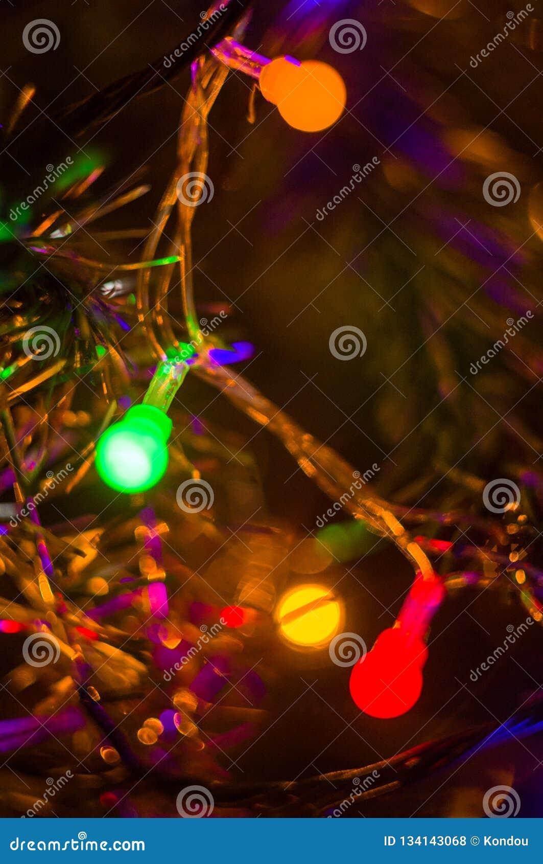 Fond-guirlandes de Noël avec les lumières colorées sur un arbre de Noël décoré, bokeh