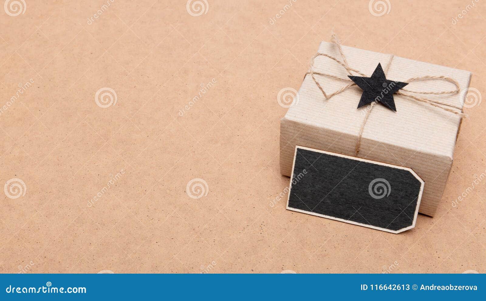 Fond heureux de jour du ` s de père Beau rétro boîte-cadeau de style et noeud papillon noir sur le fond brun